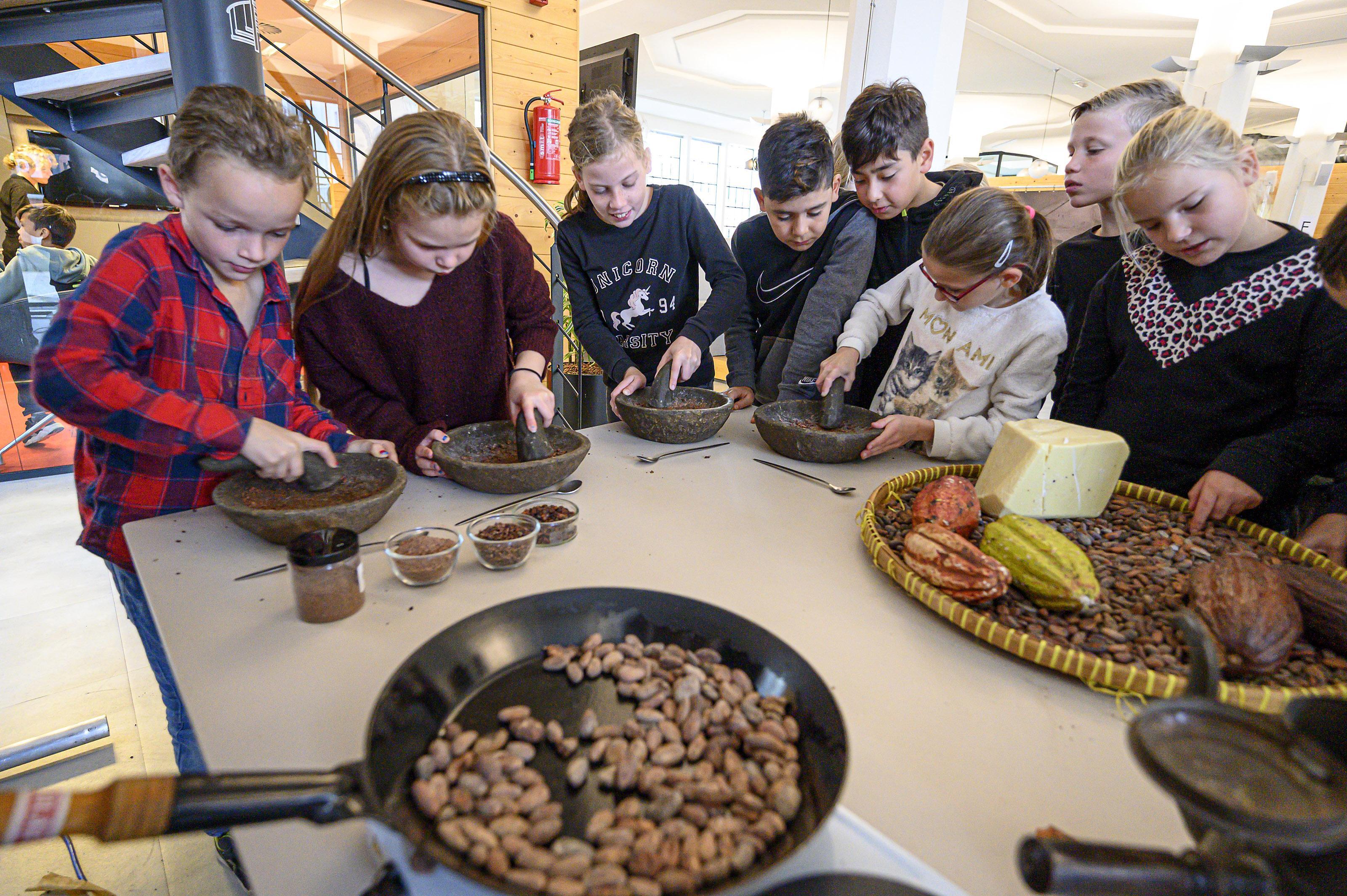 Kinderen van Toermalijn smullen van chocolade bij Parteon, ooit een fabriek uit de cacao-industrie