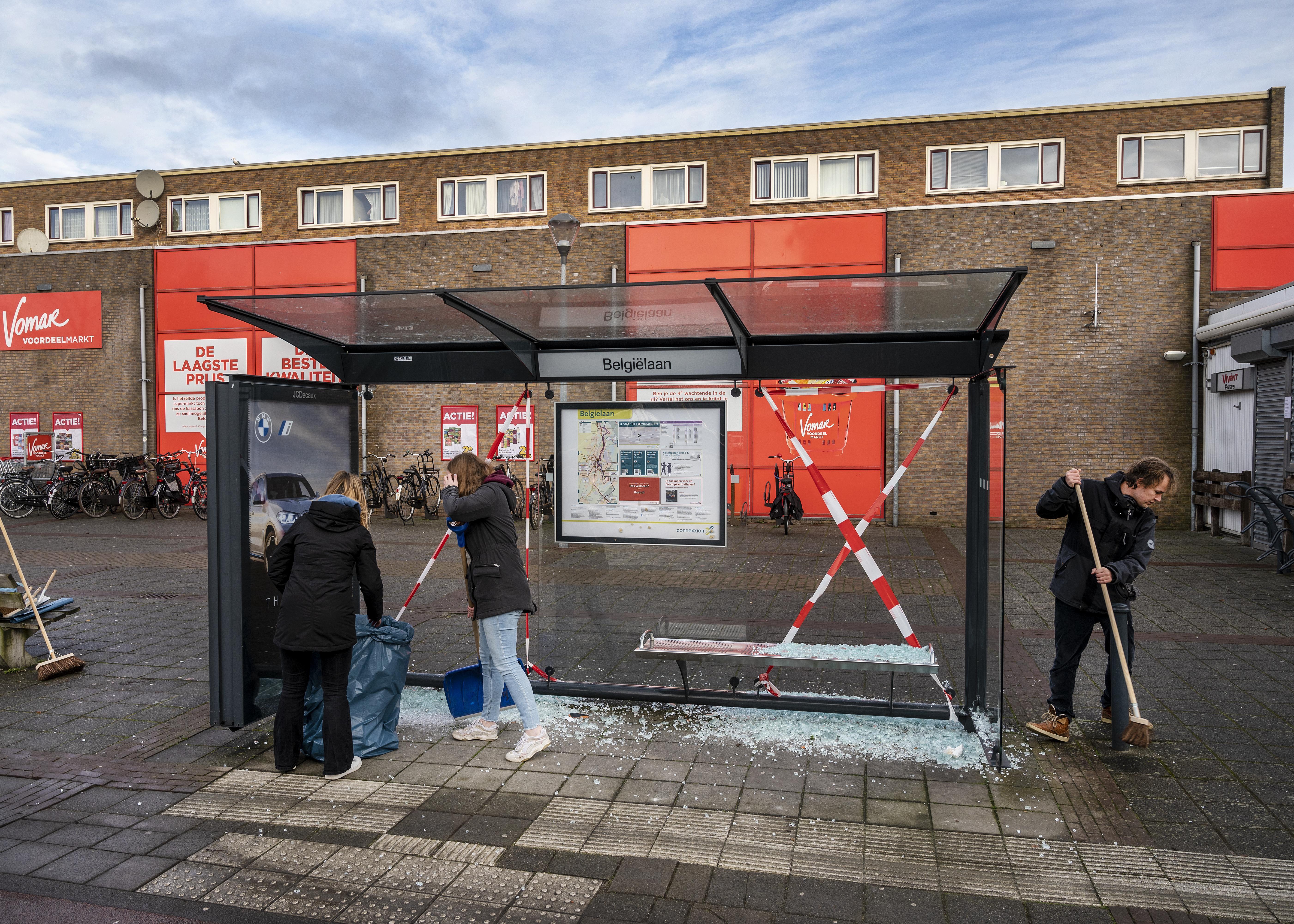 Buurtbewoners rapen troep van Schalkwijkse relschoppers op