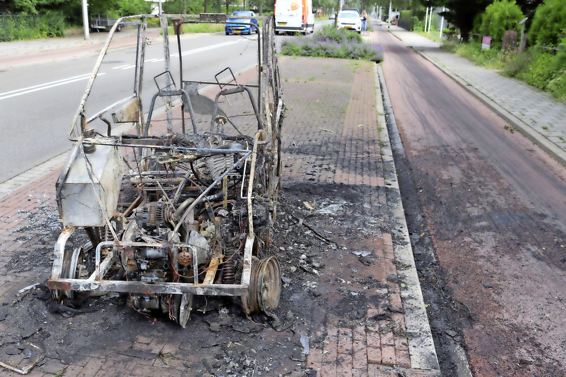Brommobiel volledig uitgebrand in Hillegom, honderden meters fietspad vervuild