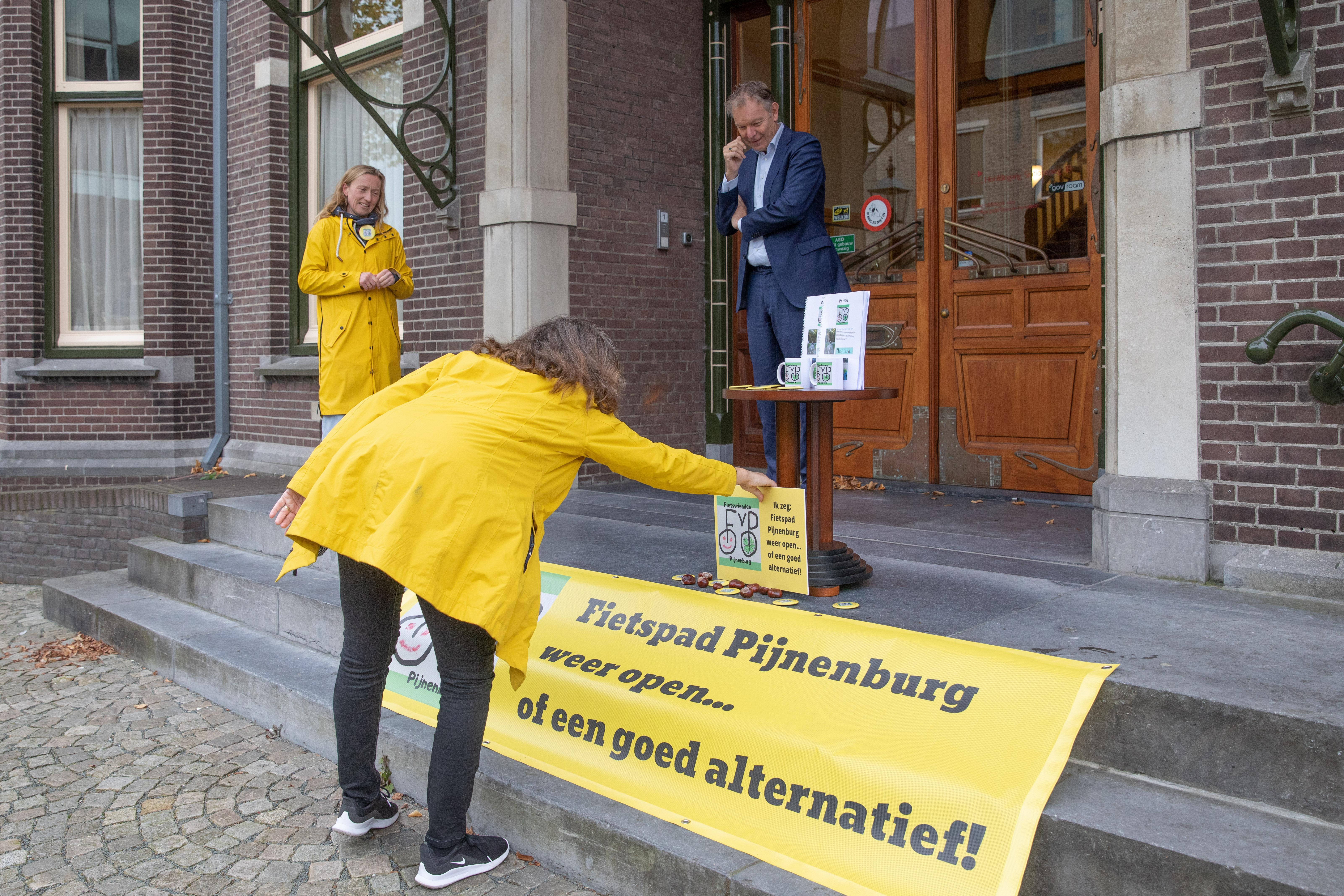 Fietsvrienden halen 2150 handtekeningen op in strijd om fietsroute over landgoed Pijnenburg bij Lage Vuursche; 'Fietspad open óf een alternatief. Wij geven niet op!'