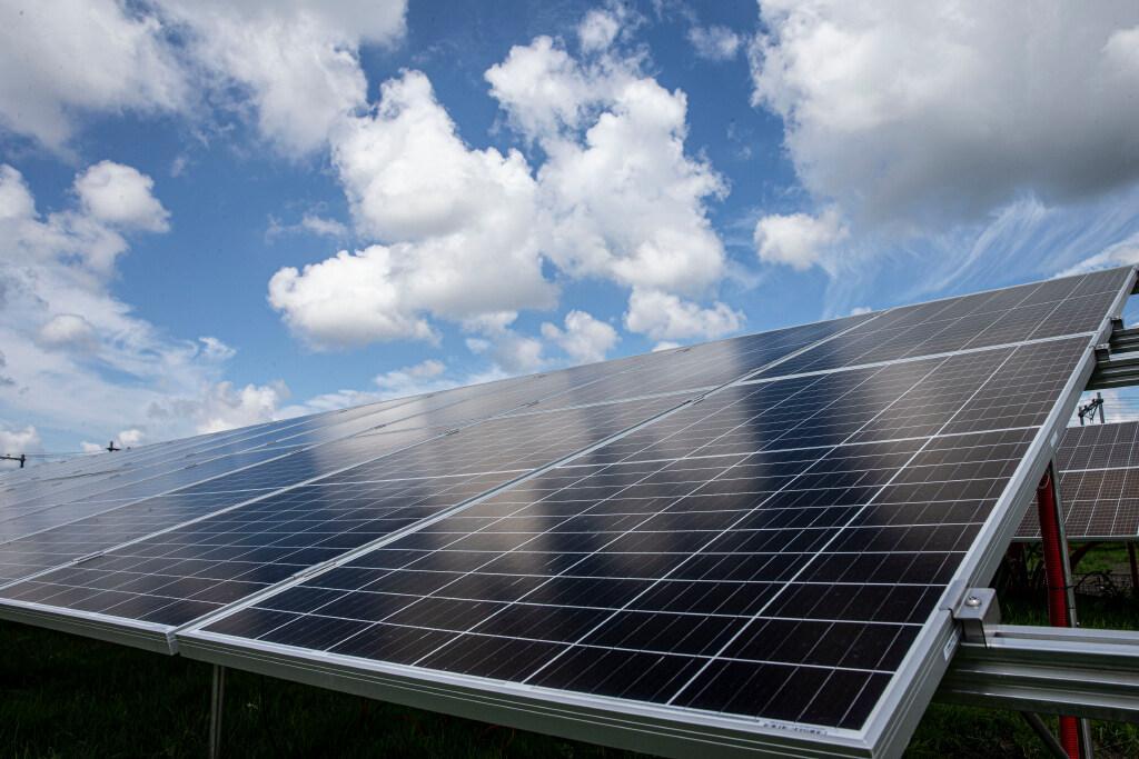 Zonne-energie als de zon niet schijnt. Woningverhuurder Woonwaard rolt het gebruik van opslagaccu's uit