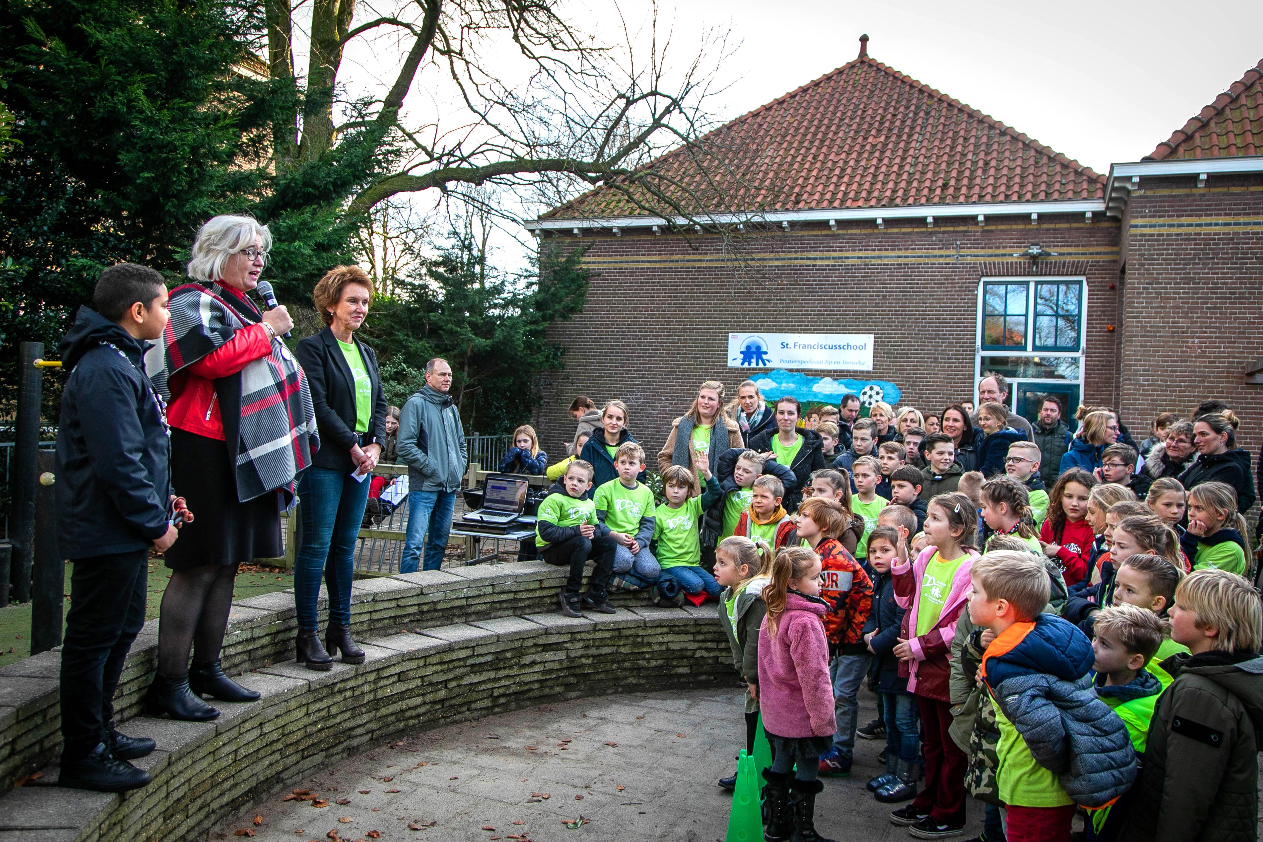 'De school waar je voor omfietst', bestaat een eeuw; St. Franciscusschool in Haarlemmerliede viert feest