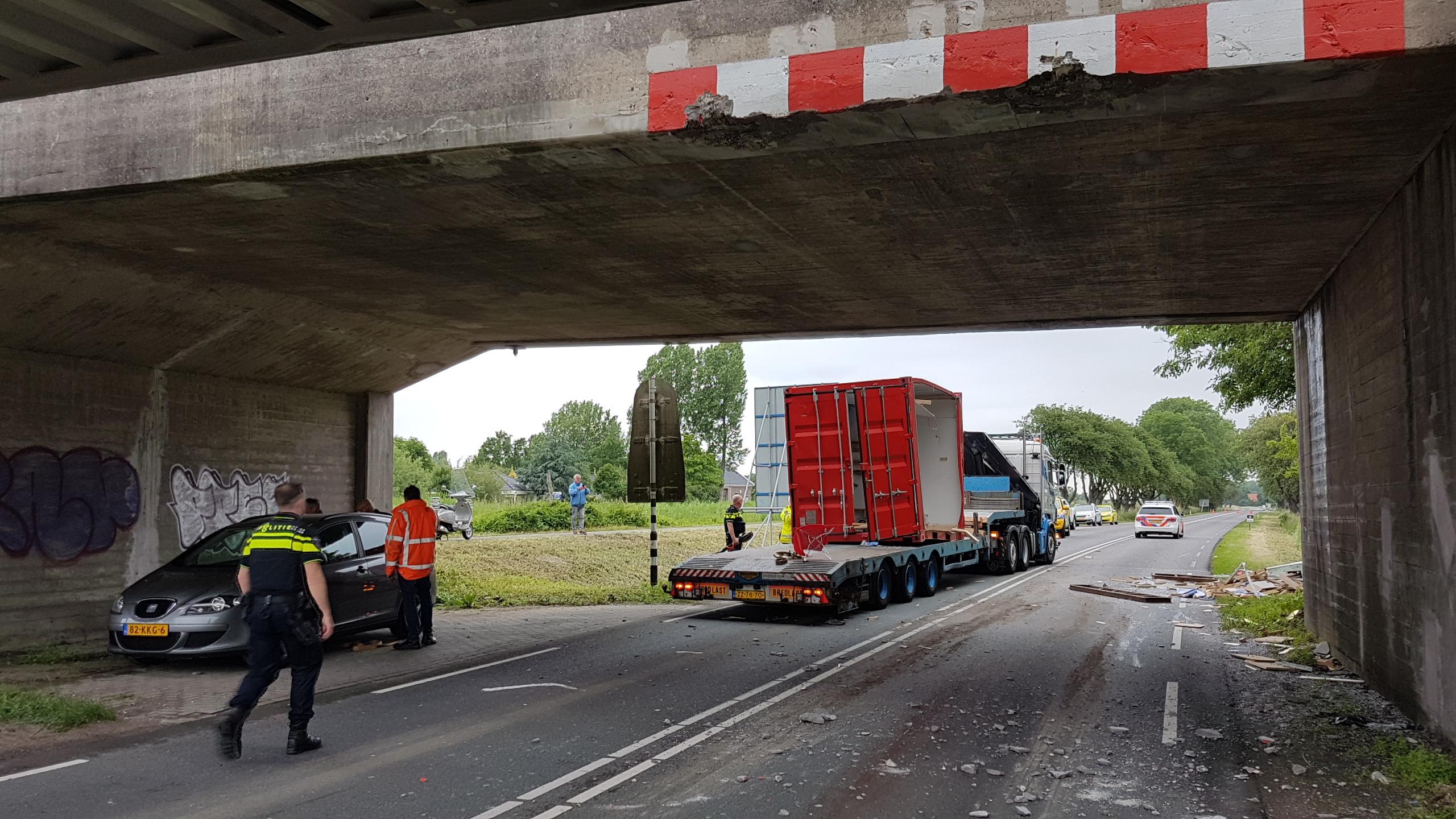 N242 weer open na botsing vrachtwagen tegen Langebalkbrug