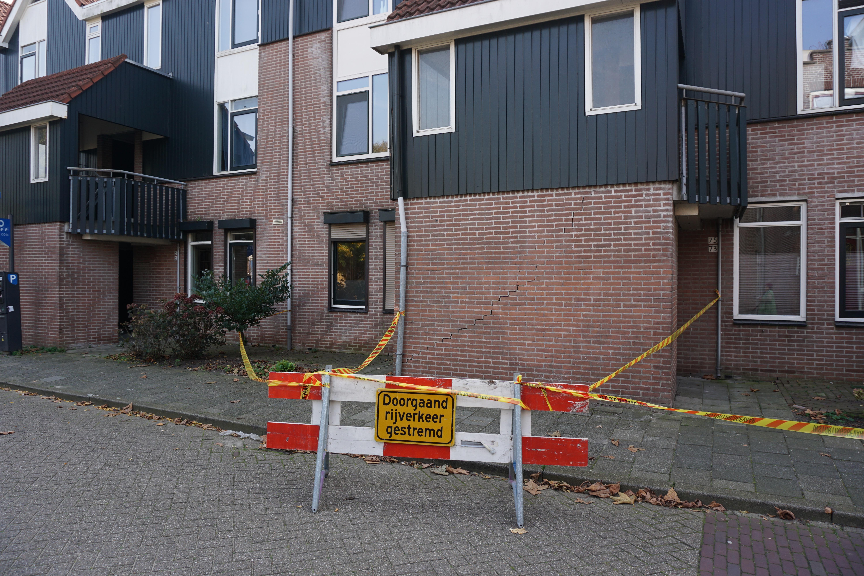 Vrachtwagen ramt trappenhuis in Zaandam en rijdt door