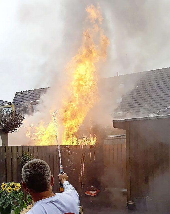 Metershoge vlammen bij schuurbrand in Vijhuizen