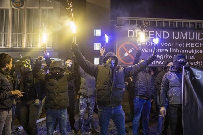 Burgemeester Dales zocht en vond steun bij minister Grapperhaus voor aanpak coronaprotest Defend IJmuiden