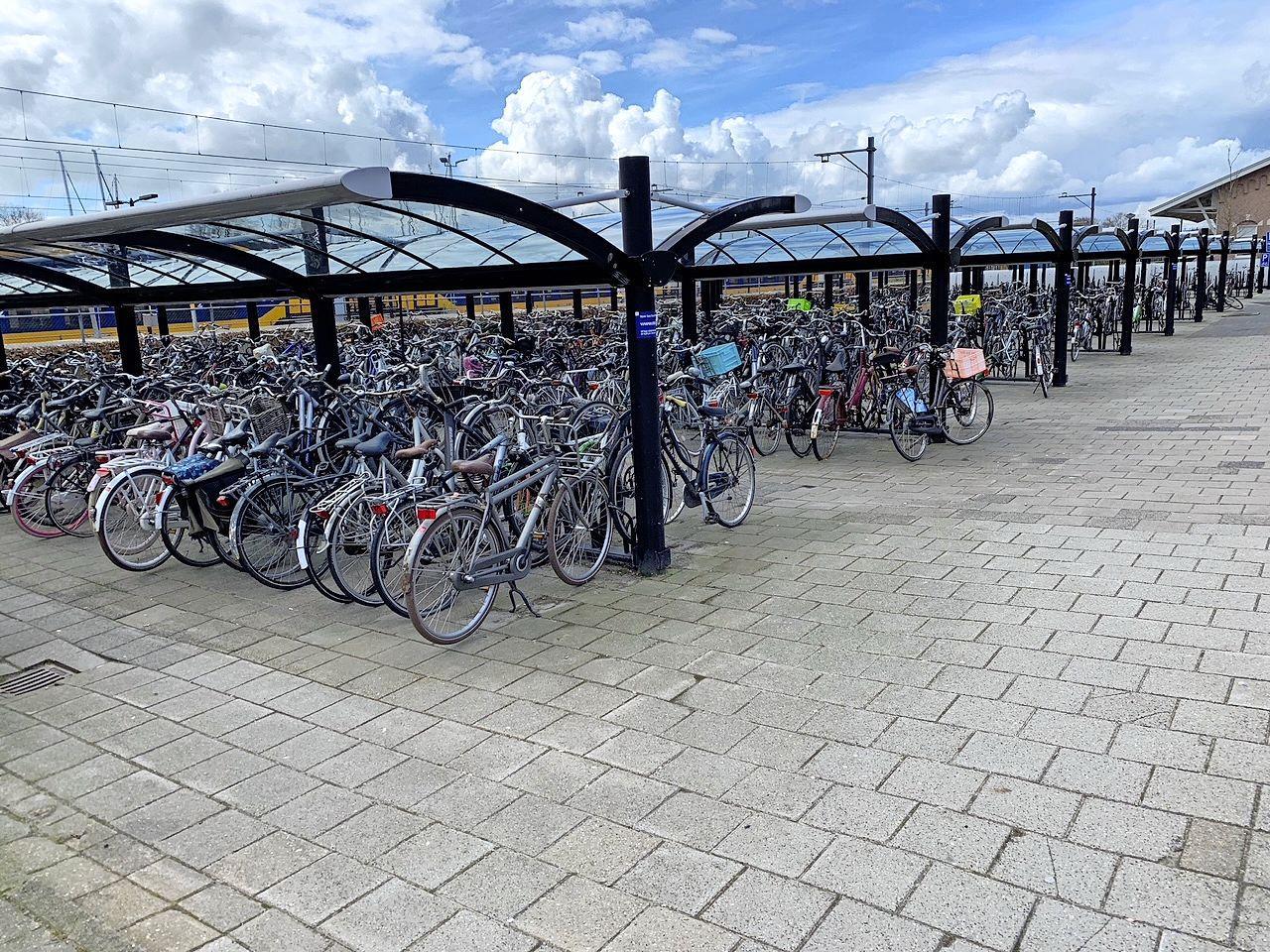 Forse daling fietsendiefstallen in West-Friesland, effect van camera's op treinstations Hoogkarspel, Grootebroek en Enkhuizen nog niet duidelijk