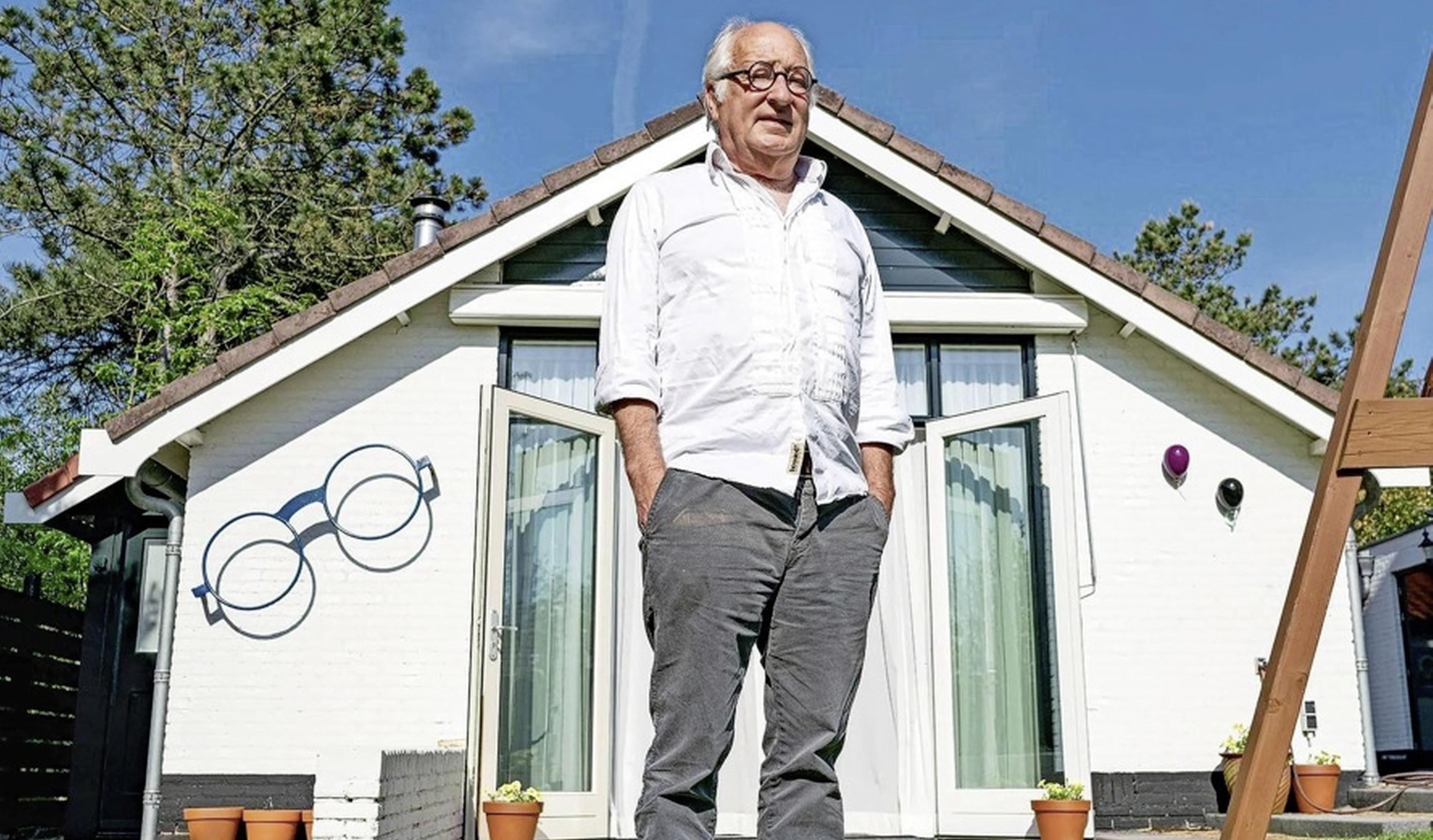 Youp van 't Hek maakt een album in zijn huisje in Bergen aan Zee. Na 50 jaar stapt hij van het toneel. 'Liever te vroeg, dan te laat stoppen'