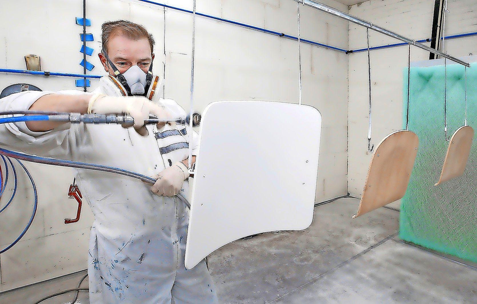 De meubelspuiter in Warmenhuizen veroorzaakt geen stank meer in de buurt. En krijgt daarom nu wel een vergunning van de gemeente Schagen