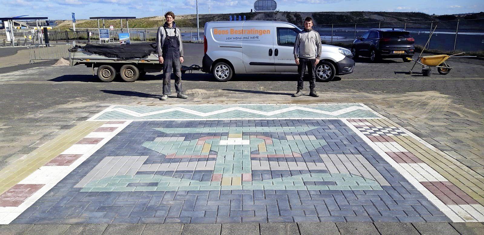 Formule 1-wagen van stratenmakers pronkt voor hoofdingang van het circuitpark in Zandvoort
