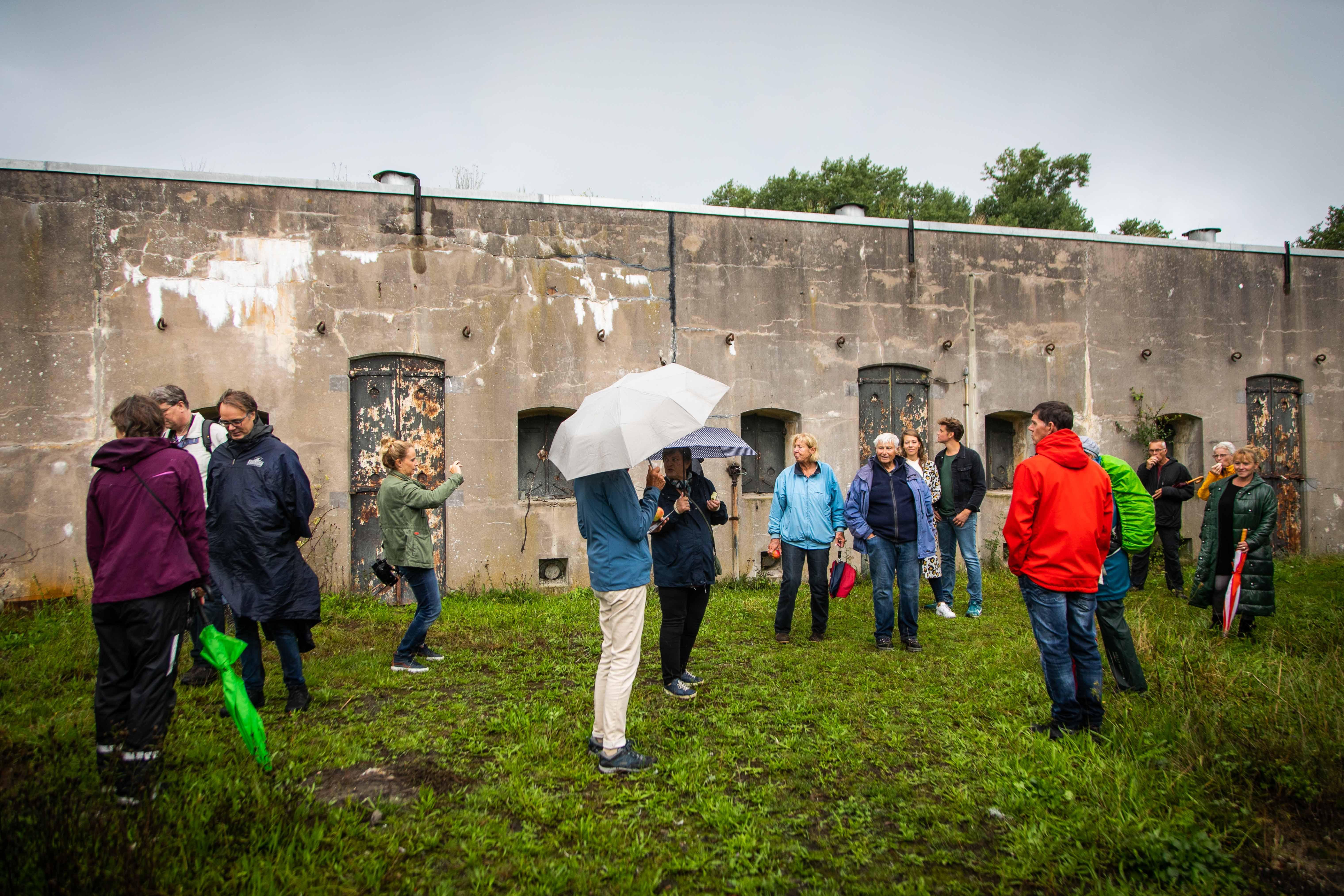 Oorlogserfgoed blijft boeien: honderden bezoekers nemen een kijkje tijdens open dag bij Fort benoorden Spaarndam bij Velserbroek