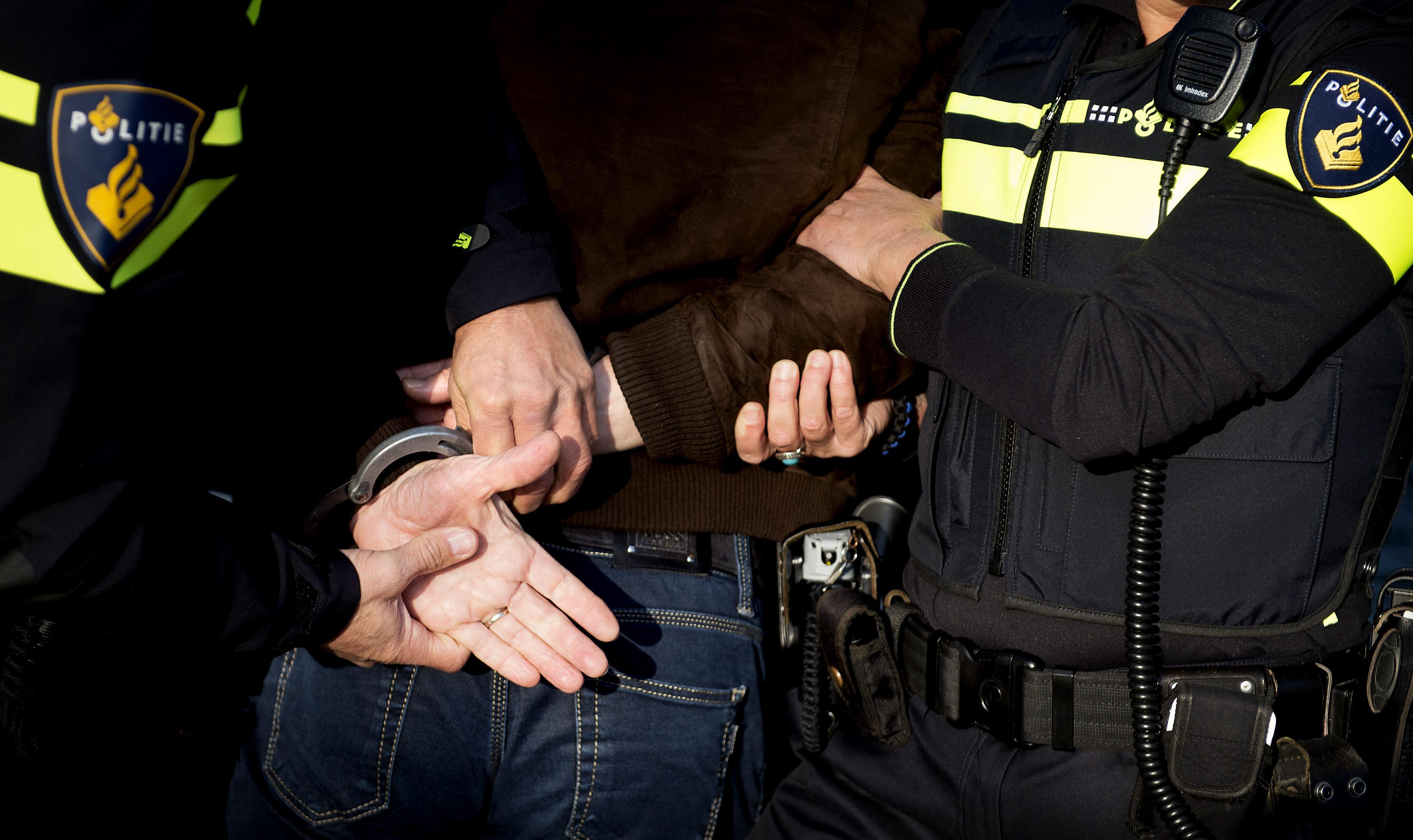 Vier maanden cel voor zonder rijbewijs inrijden op politie in Zwaag