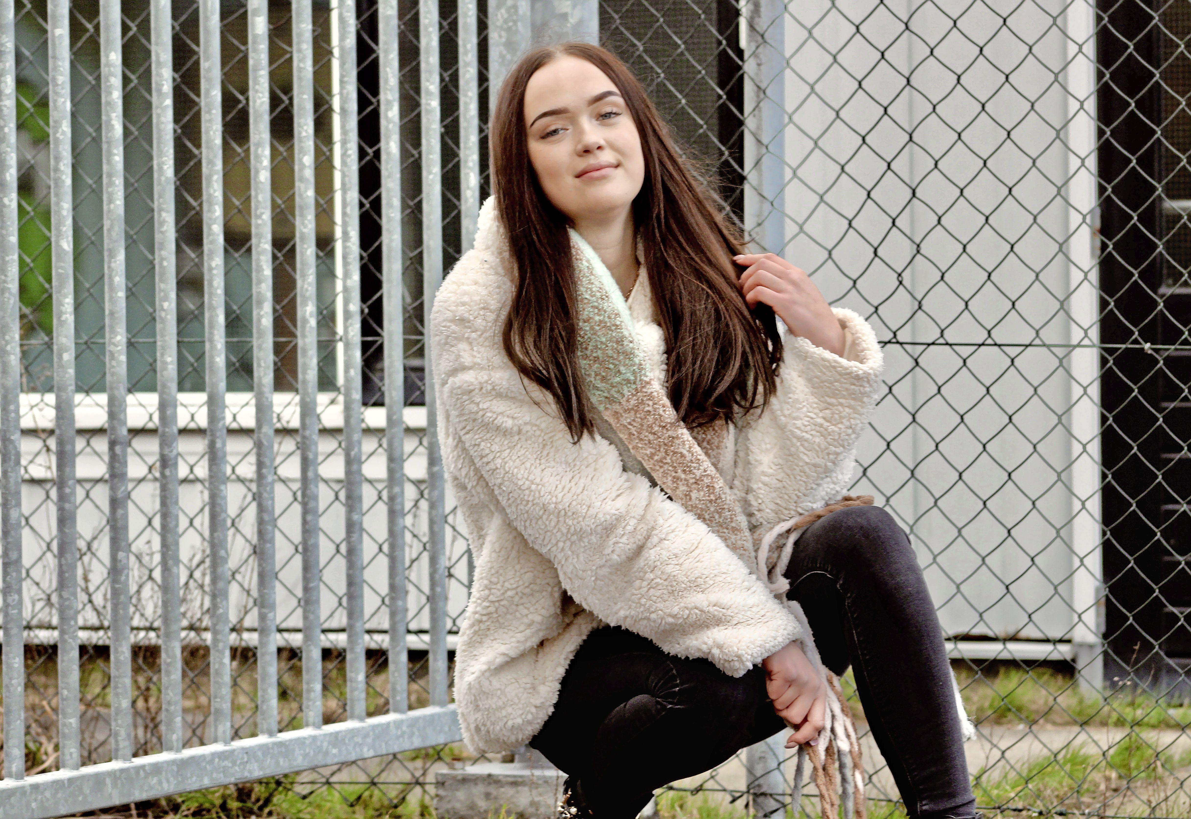 Singer-songwriter Britt van Coezand wil mensen raken met haar Nederlandse liedjes. 'Zonder jou' gaat over dat je iemand erg mist en nog van diegene houdt, maar het beter is om niet met die persoon samen te zijn' [video]