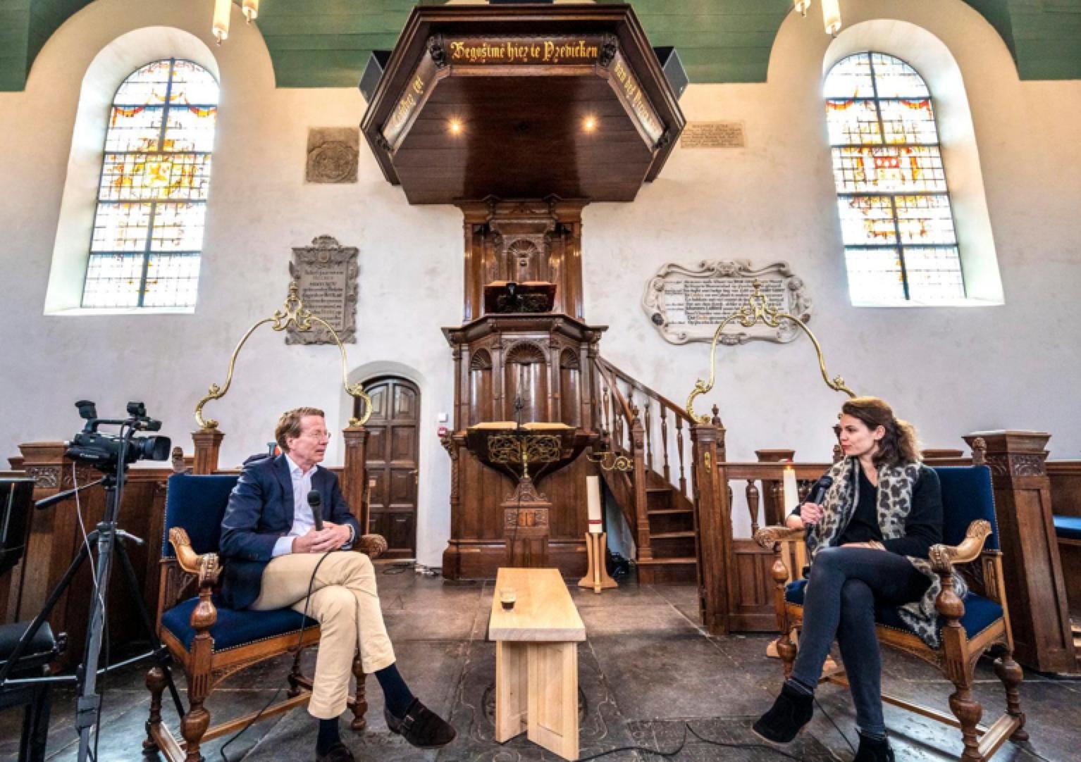 Predikant Ad van Nieuwpoort houdt online interviews in Bloemendaal: verbaal vaccin in de dorpskerk [video]