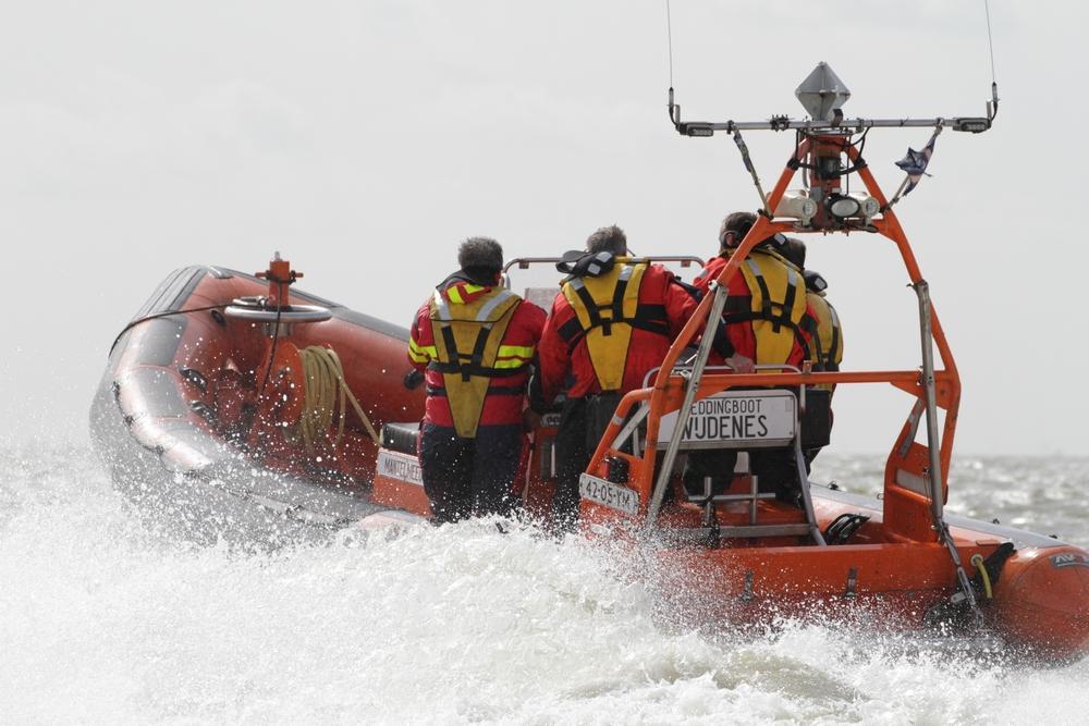Opvarende vrachtschip zwaargewond door ongeluk op Noordzee