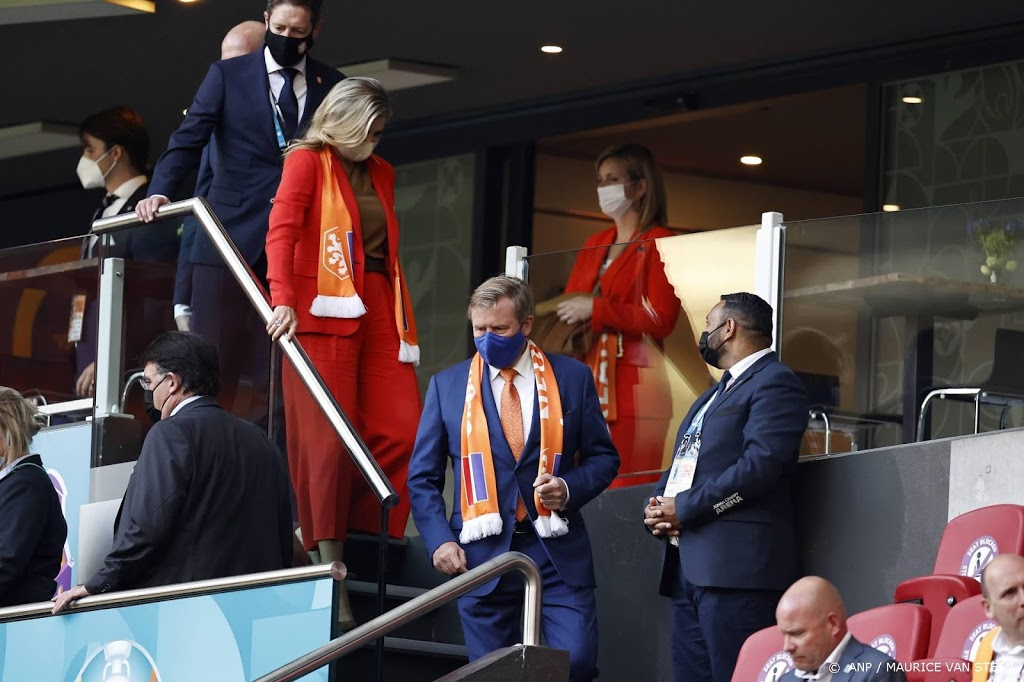 Koning Willem-Alexander en koningin Máxima bij Oranje op tribune