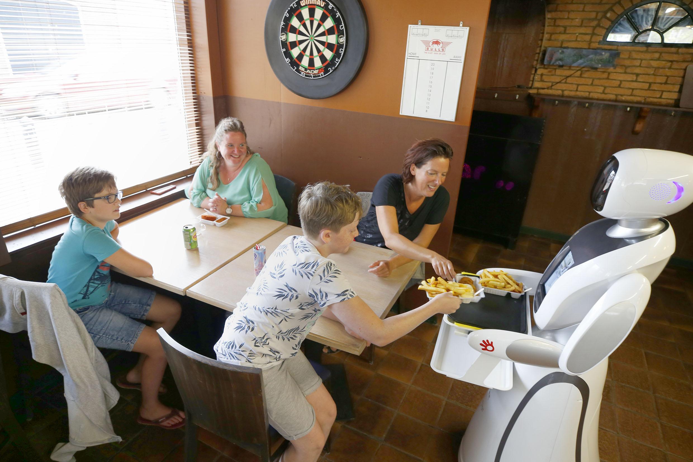 'Weird', zo'n robot in snackbar Detra Bar in Middenmeer. Cas (10) moet 'even wennen dat je niet bij een mens bestelt' [video]