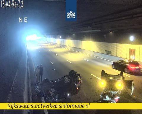 Twee auto's op de kop bij ongeluk in Schipholtunnel