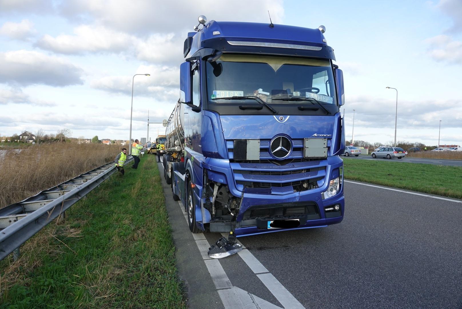 Vrachtwagen knalt vol op bestelwagen op N246