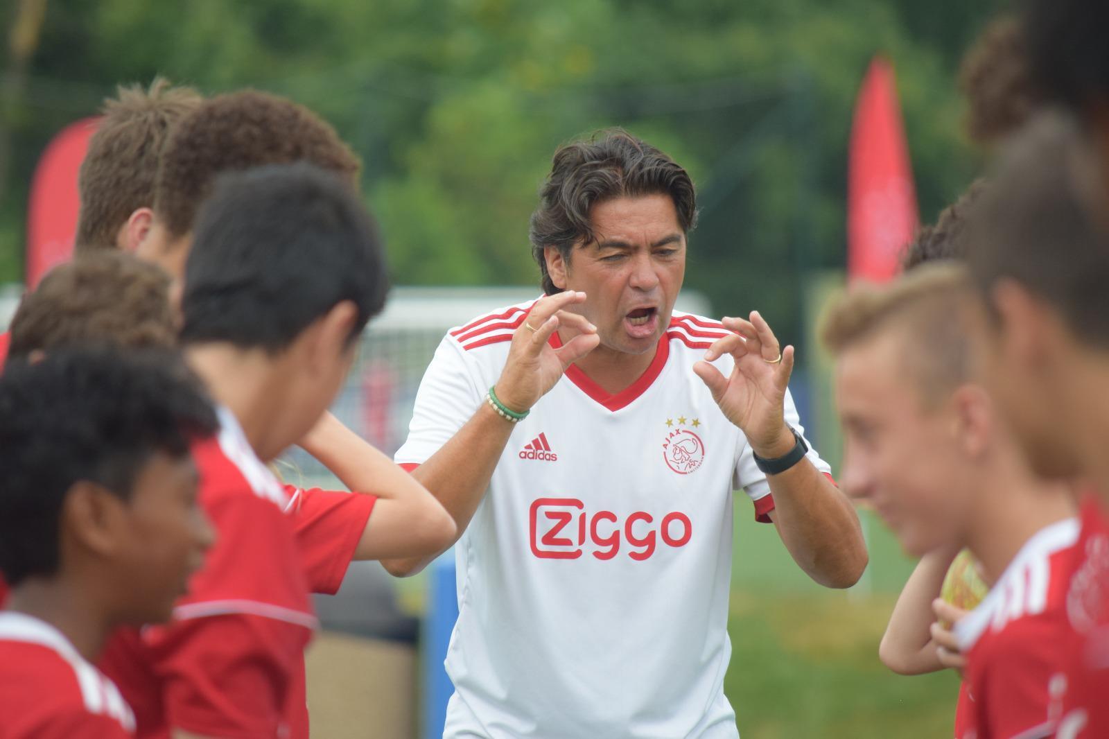 Sonny Silooy (57) gaat namens Ajax naar de Emiraten: 'Ik heb getraind onder de drie grootste trainers van het Nederlandse voetbal: Rinus Michels, Johan Cruijff en Louis van Gaal'