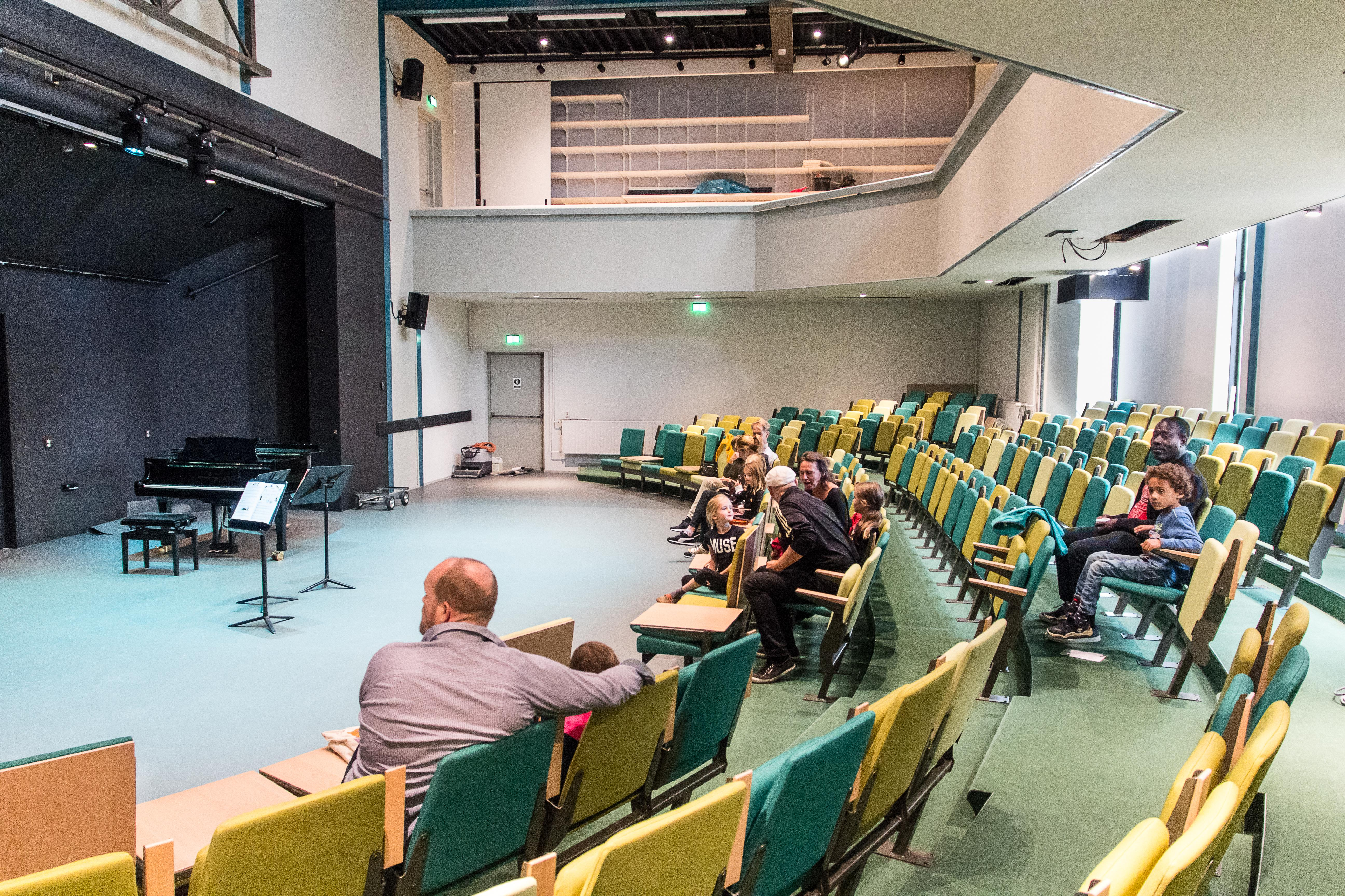Renovatie van muziekschool Fluxus bijna klaar, 'coronastoelen'in drie tinten Zaans groen