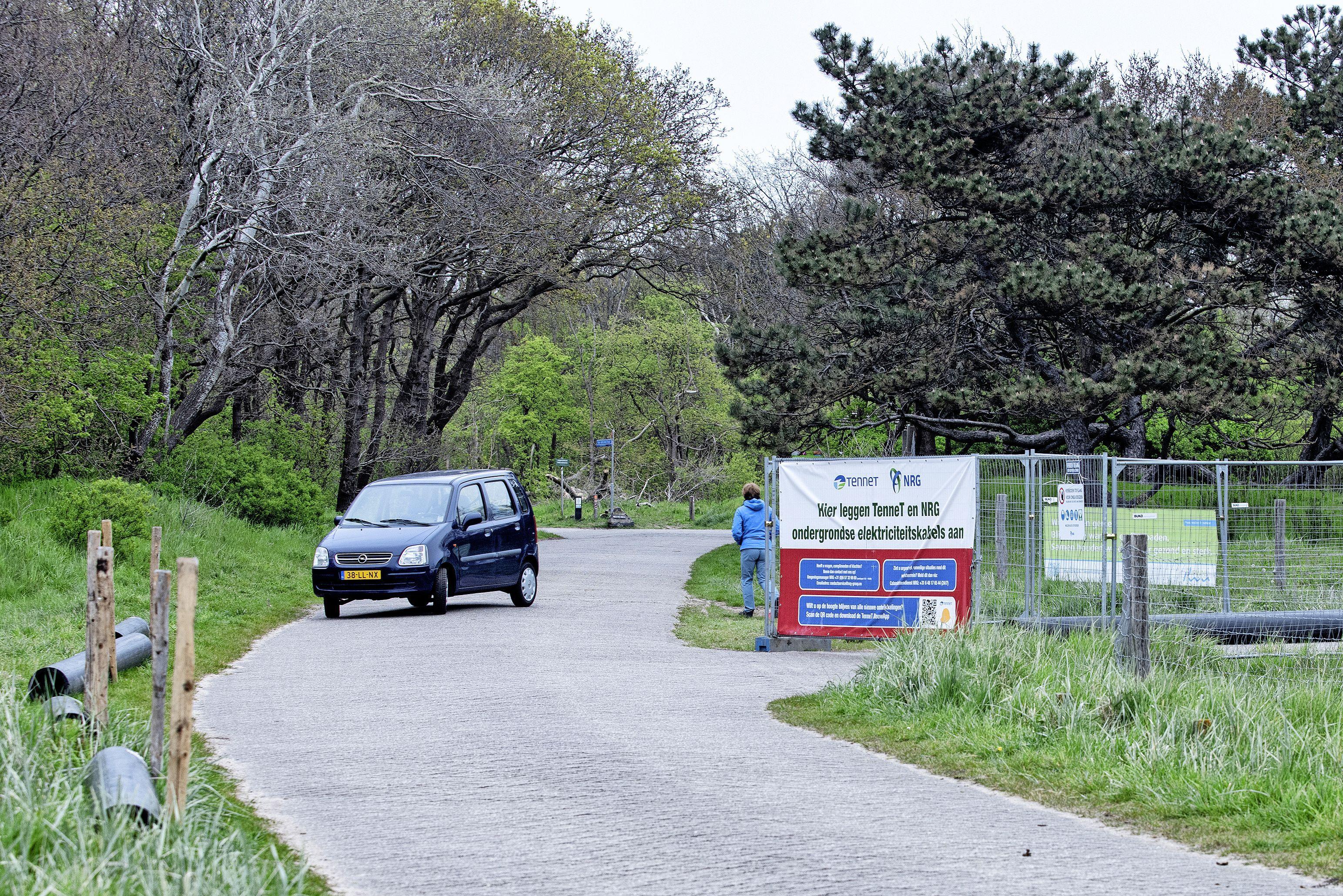 Duinparkeerplaats Meeuweweg in Wijk aan Zee gesloten; parkeerdruk in omliggende straten flink omhoog. PWN wil en nieuwe, kleinere parking aan de overkant van de oude aanleggen.