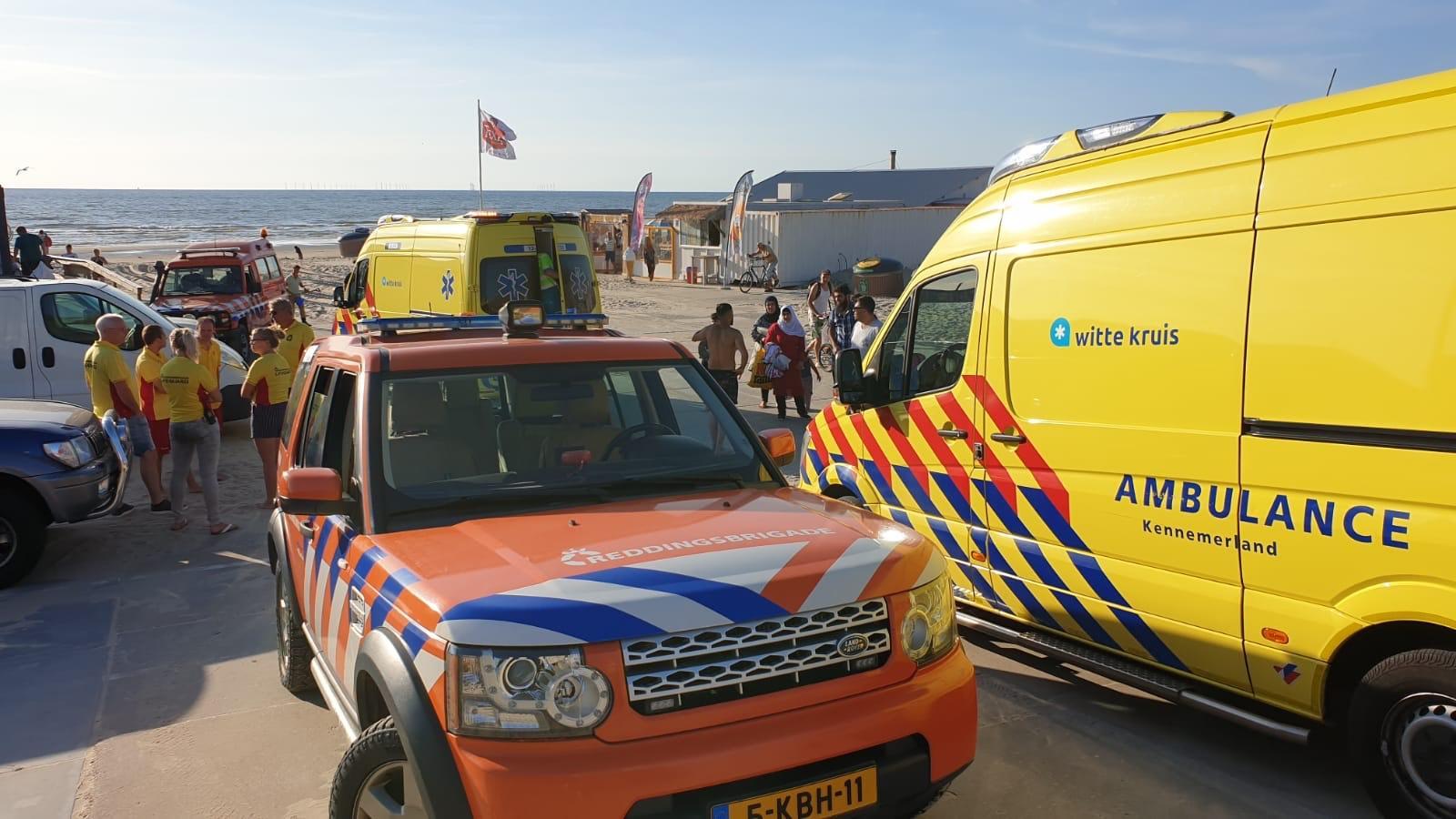 Surfers redden kinderen uit zee bij Wijk aan Zee