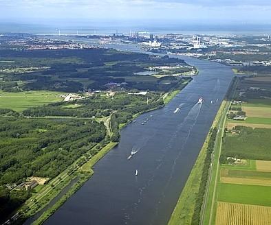 De afhandeling van het scheepvaartverkeer op het Noordzeekanaal ondervindt geen last door de lagere snelheid. 'Op een retourtje scheelt dit niet veel'