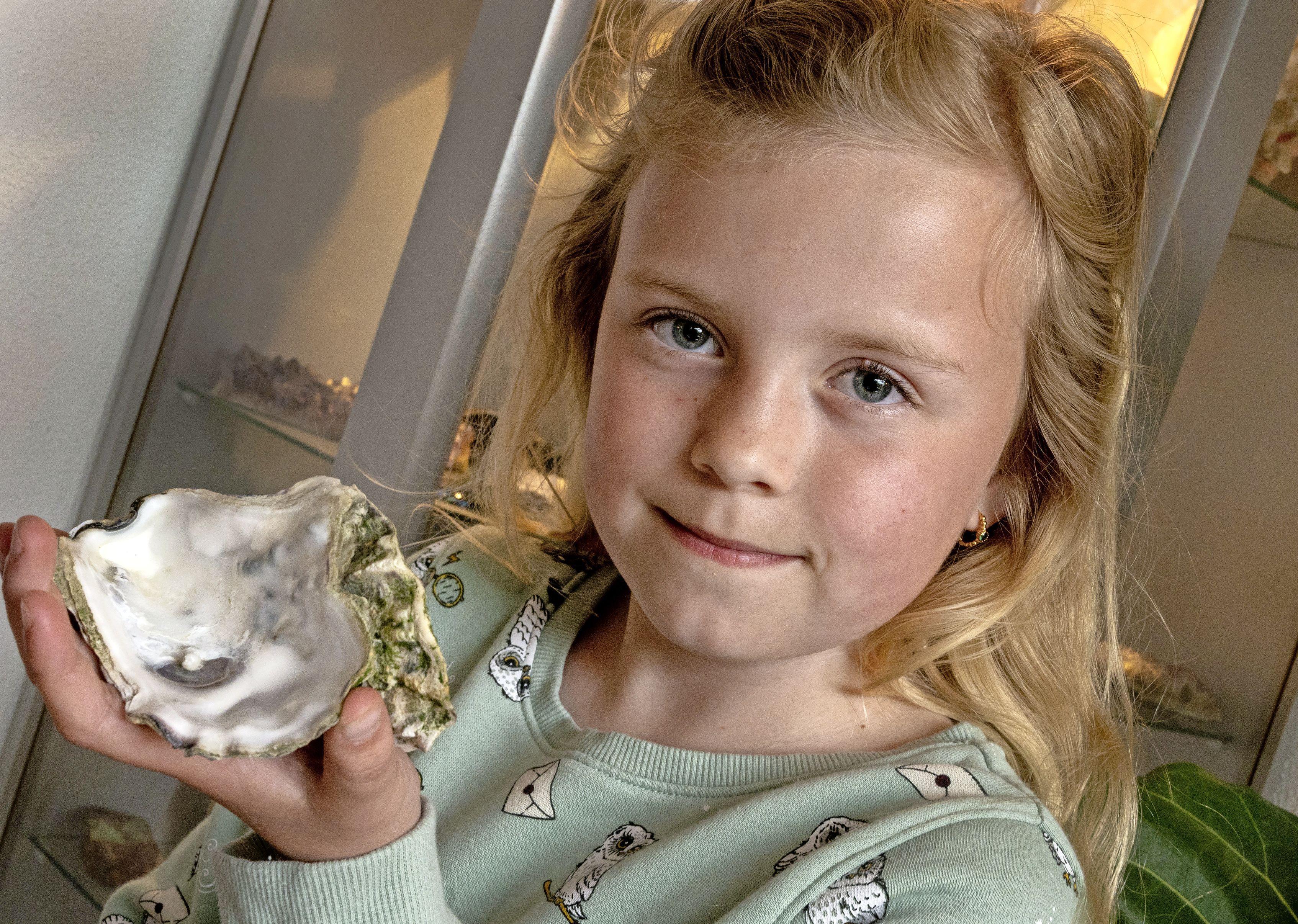 Feline (9) vindt parel op Terschelling; 'Ik heb hem aan mama gegeven voor Moederdag'