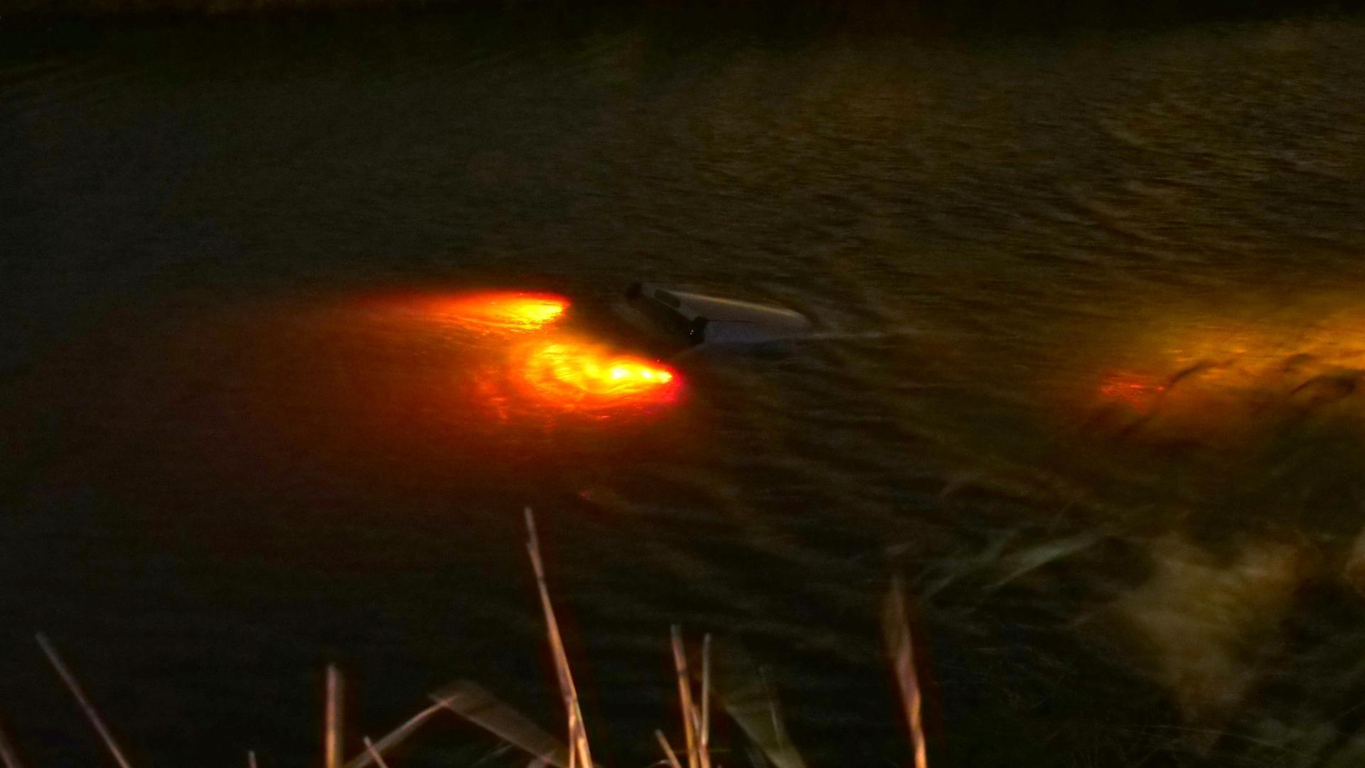 Auto belandt in water Obdam, twee inzittenden uit voertuig gehaald
