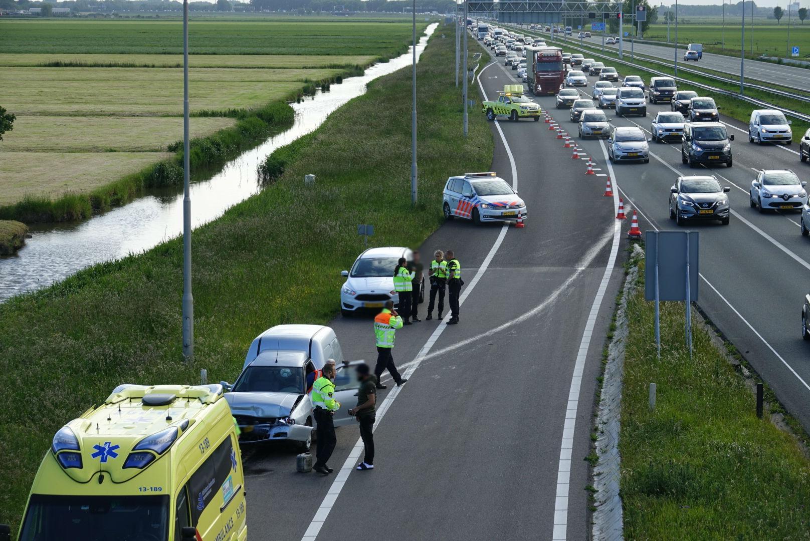 Gewonde bij aanrijding op de A7 bij Wijdewormer, auto laat oliespoor achter