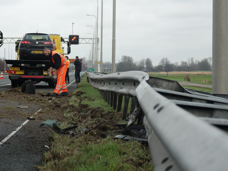 Auto in de vangrail op de A9 bij Heiloo: file op de snelweg