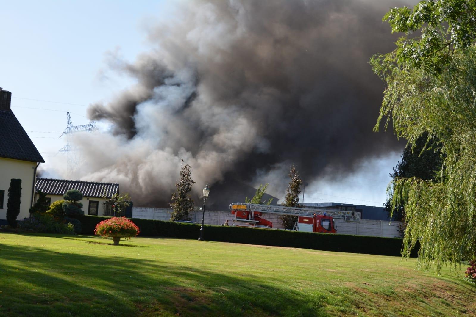 Grote brand bij afvalverwerker in 's-Graveland