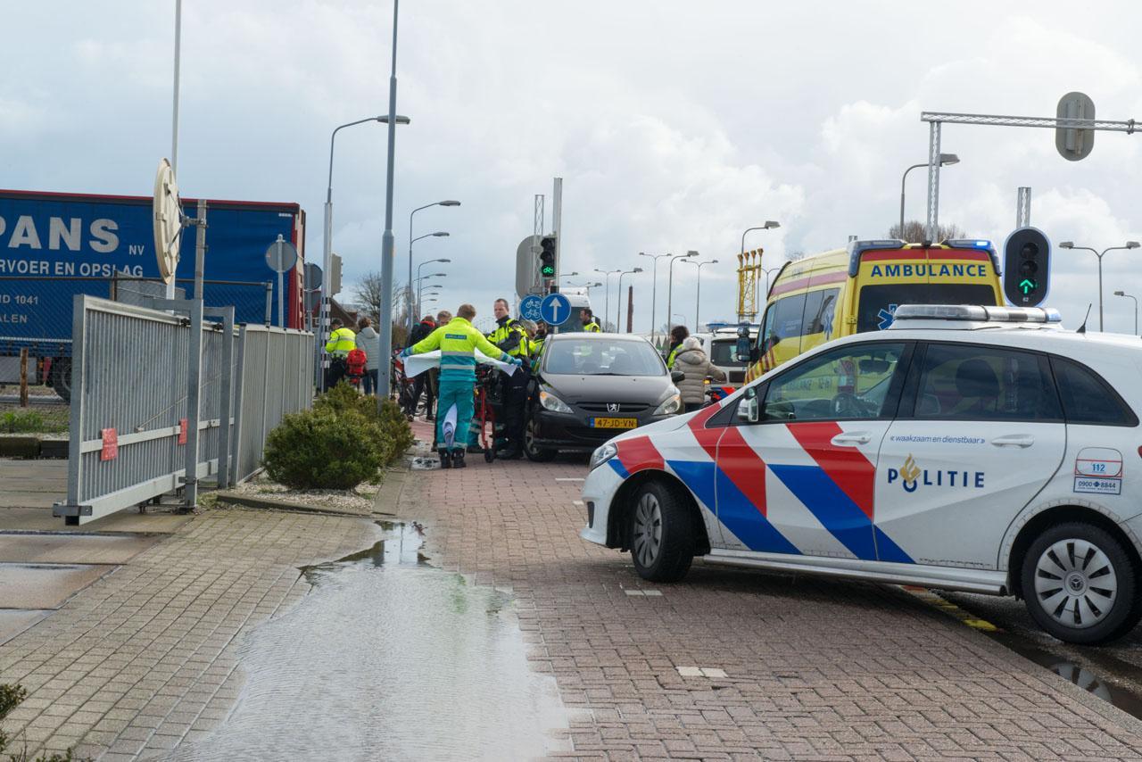 Scooterrijdster aangereden door vrachtwagen in Rozenburg