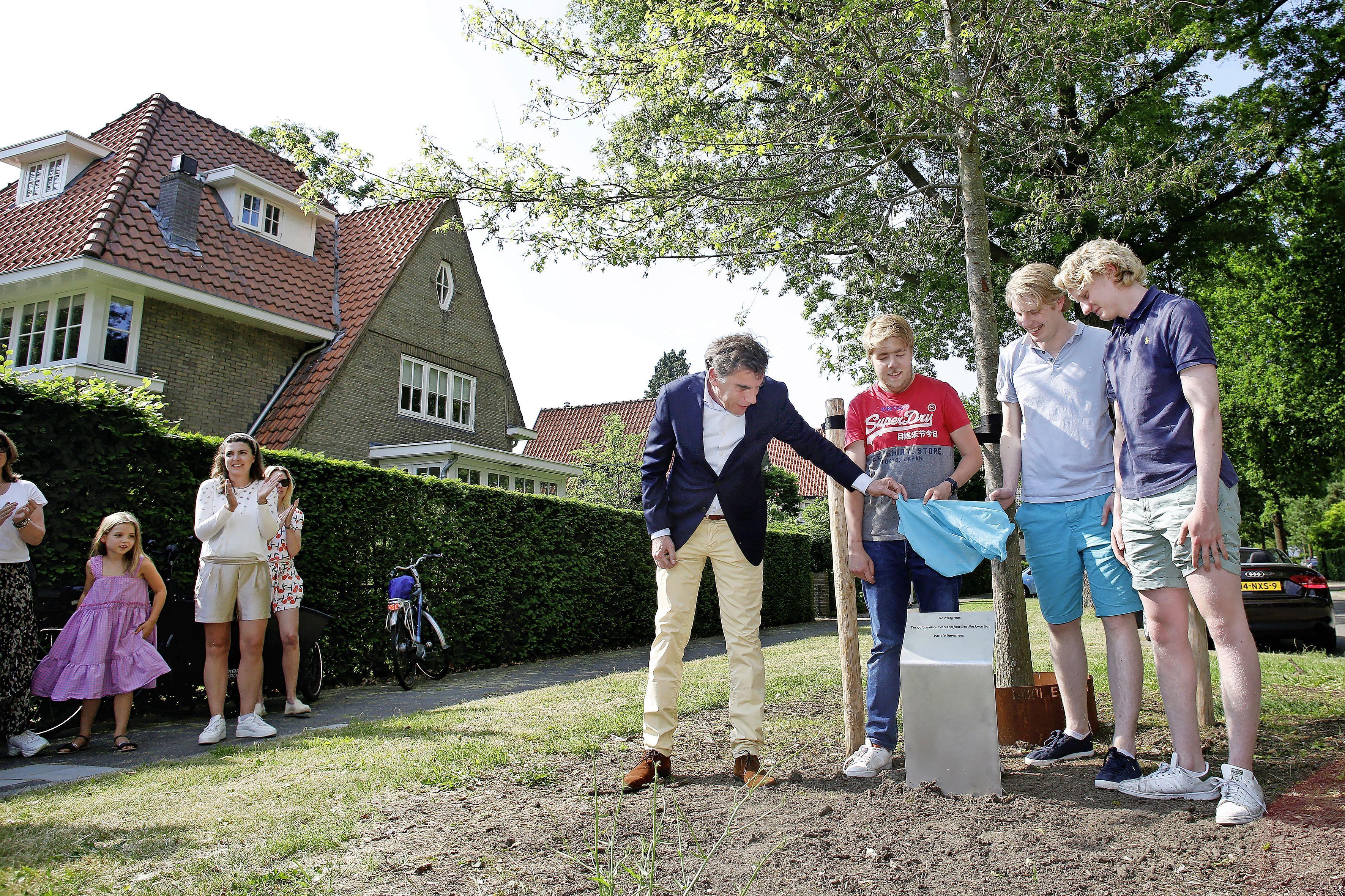 Moeraseik 'De Margreet' nieuwe ontmoetingsplek voor Brediuskwartier in Bussum. Cadeau van en voor buurtbewoners vernoemd naar overleden Margreet van Voorst tot Voorst