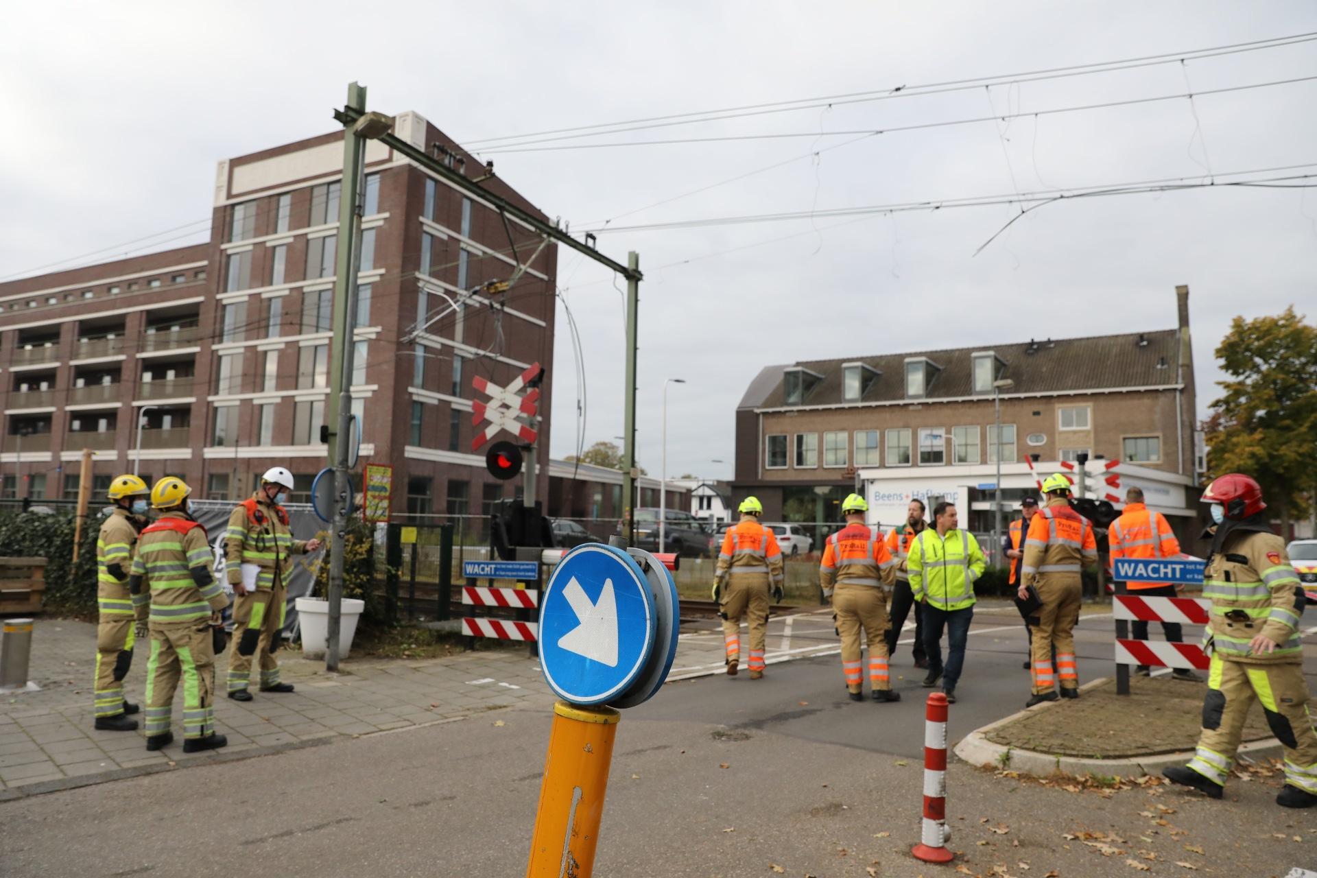Vrachtwagen met kraan trekt bovenleiding stuk bij Bussum, treinverkeer langdurig ontregeld