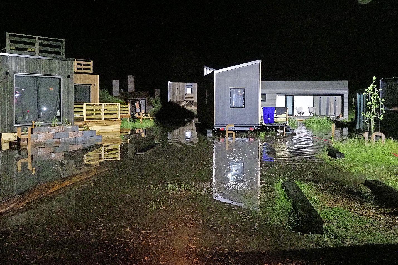 Natte voeten door overstroming voor vakantiegangers bij Basecamp in IJmuiden aan Zee