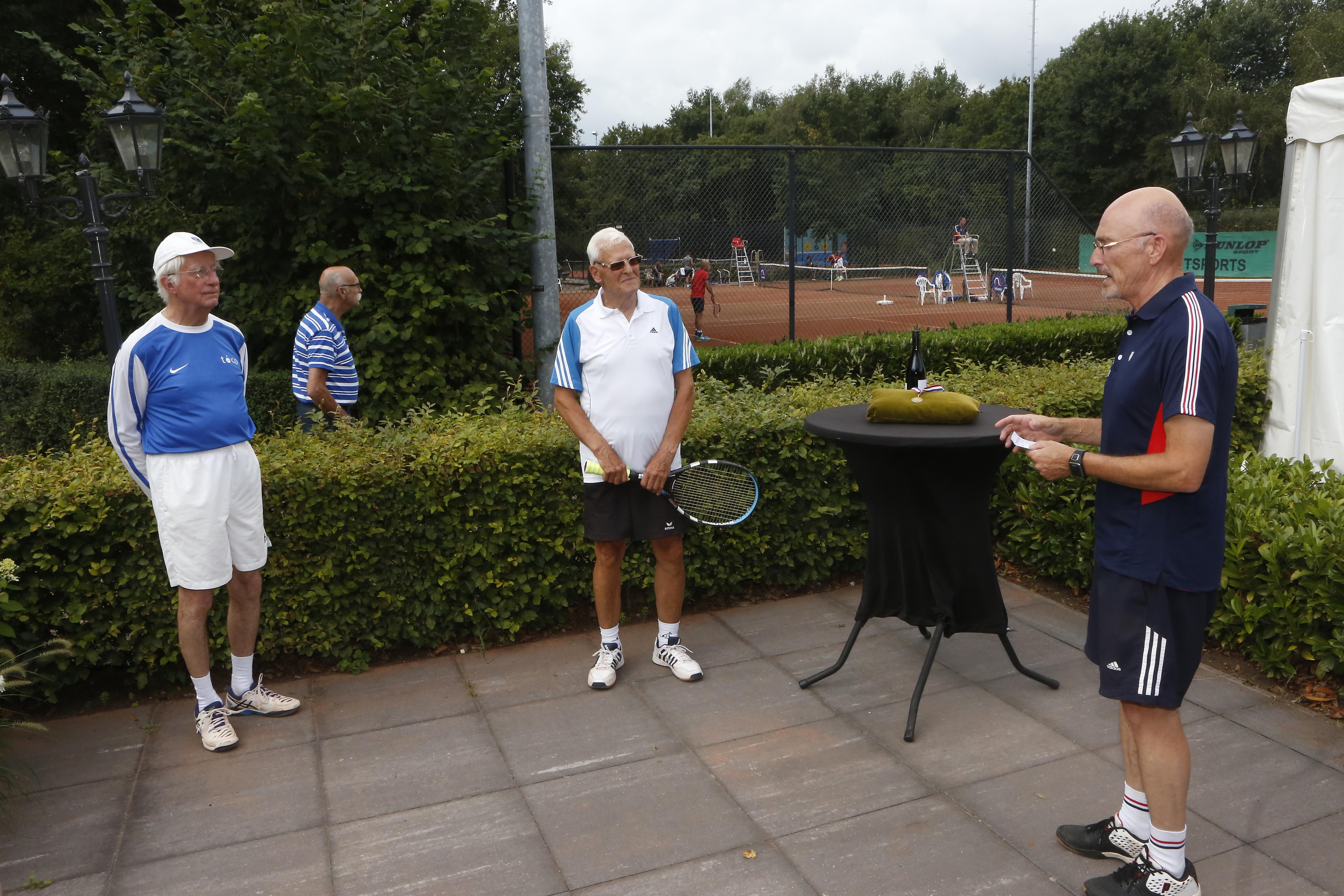 'Alles moet vandaag naar hem geschreeuwd worden, want hij heeft zijn gehoorapparaat niet in', klinkt het bij NK tennis voor masters