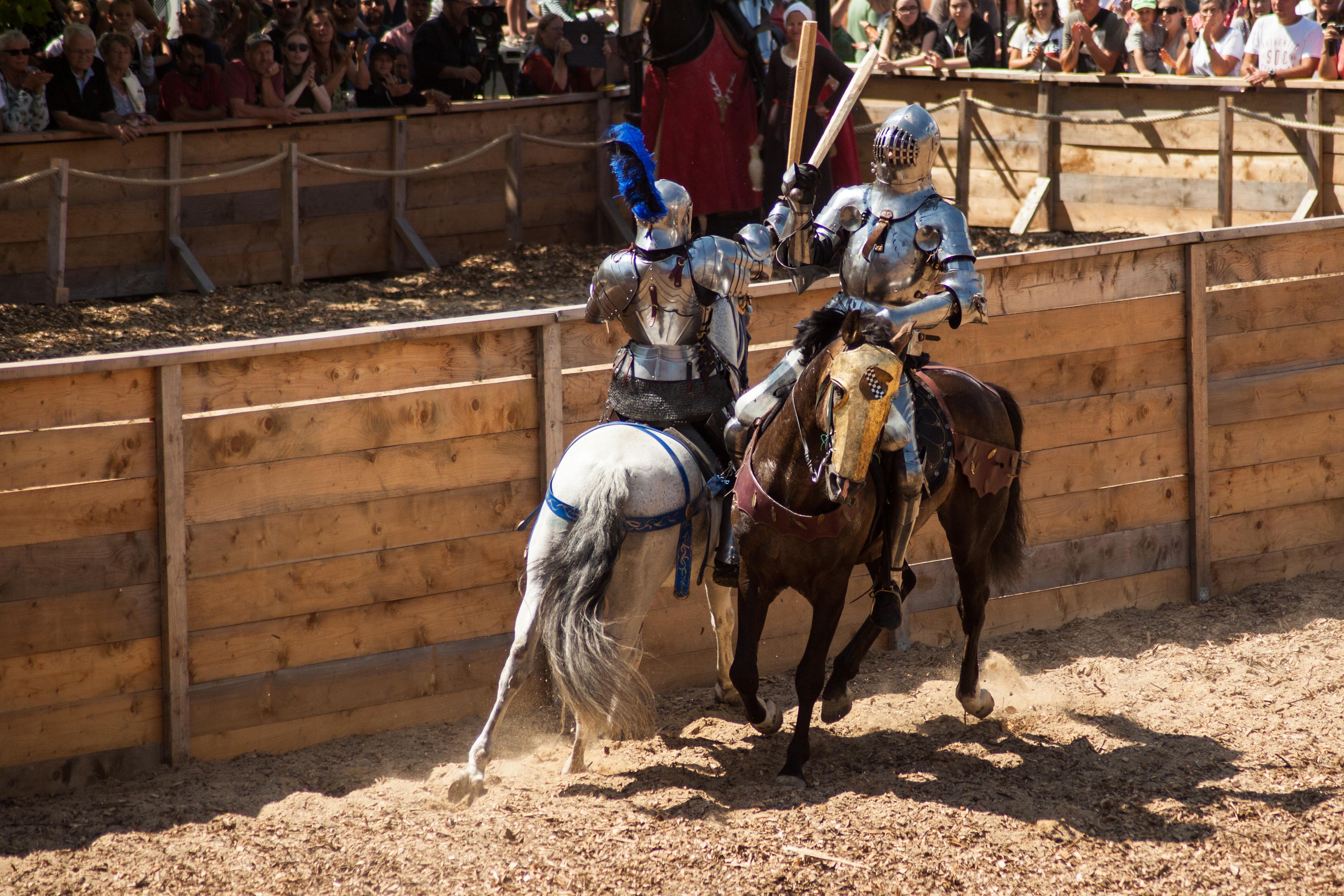 Ridder Wouter Nicolai strijdt op zijn paard om de eer van het toernooiveld