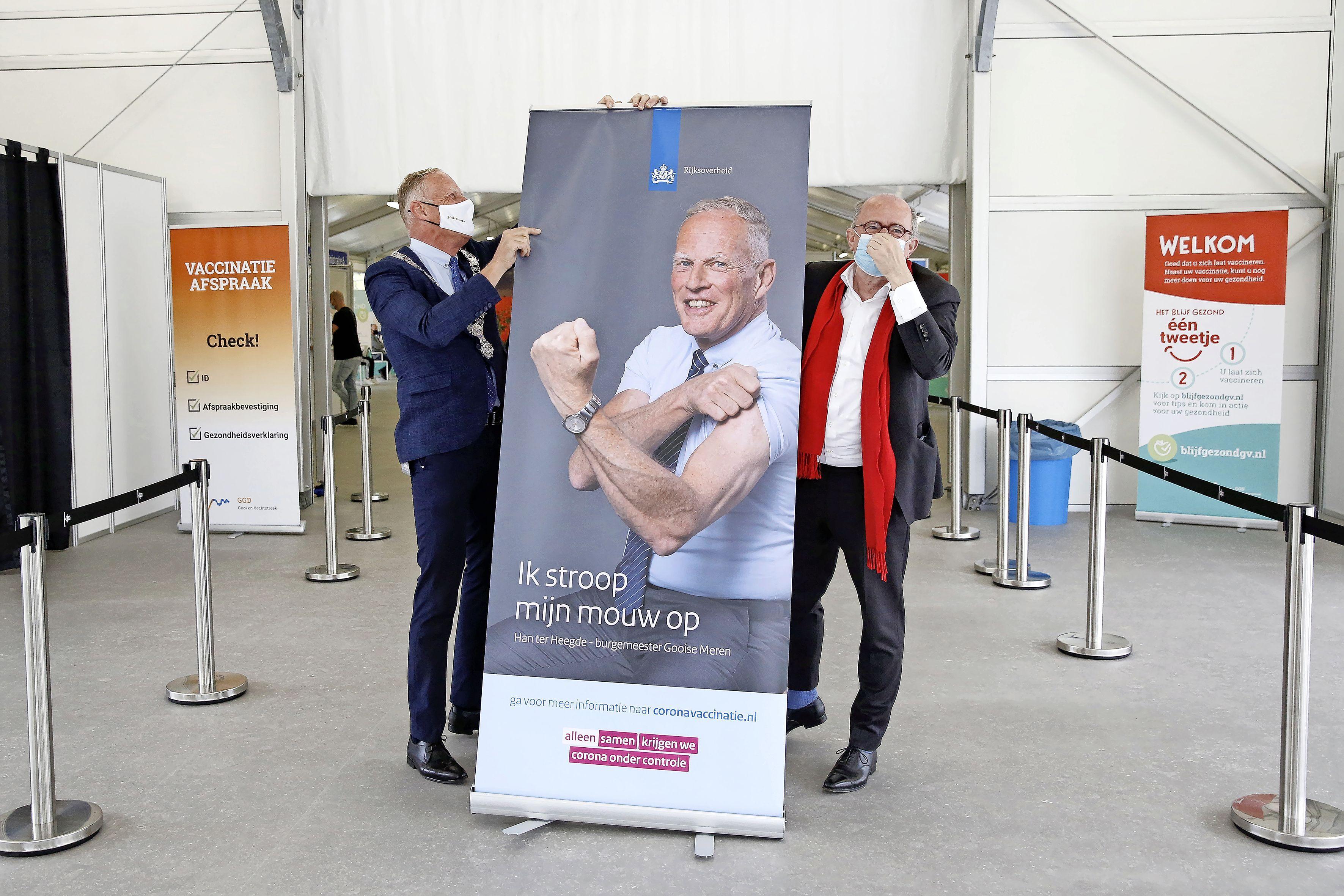 'Mooiste prikstraat' in Naarderbos nu ook geopend; Boris (18) uit Laren is een van de eerste klanten; 'Eerder een vaccin dan mijn moeder'
