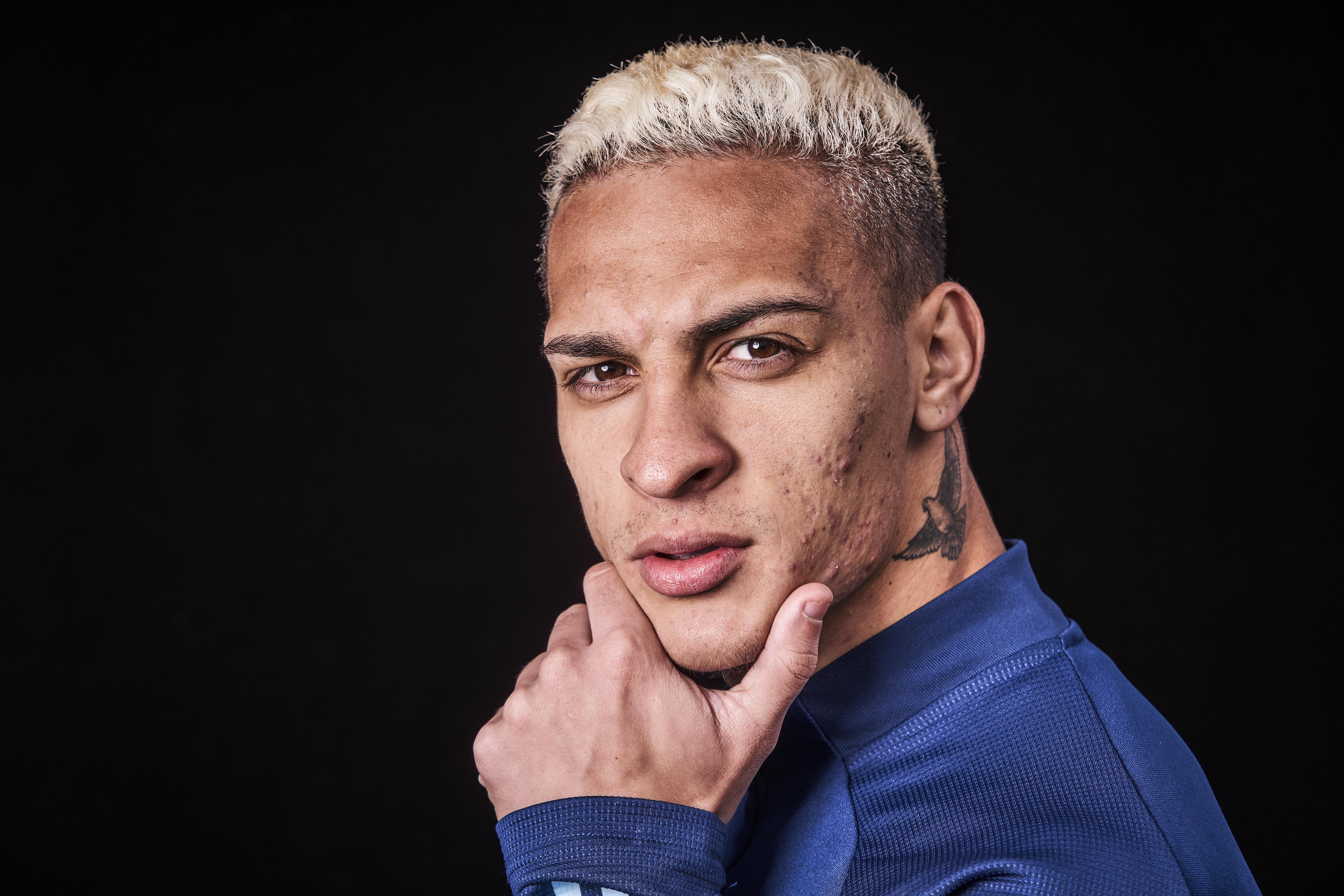 Ajax-spits Antony nog niet tevreden. 'Ik ben nog jong en ga me op alle vlakken verbeteren. Dat is het doel voor 2021' [video]