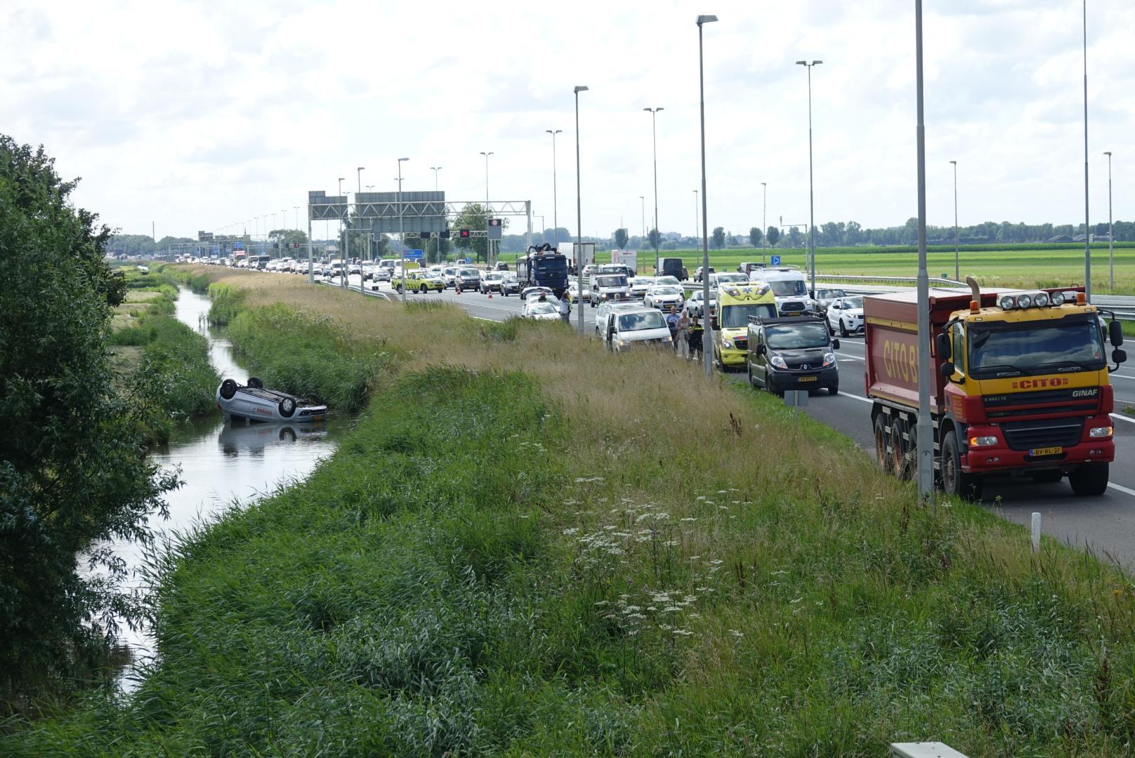 Auto raakt te water bij ongeval op A7, bestuurder gewond