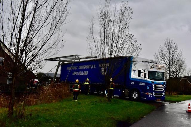 Chauffeur van vrachtwagen rijdt zich vast in Woubrugge, ophaalbruggetje total loss. 'Doodzonde, het is ons visitekaartje'