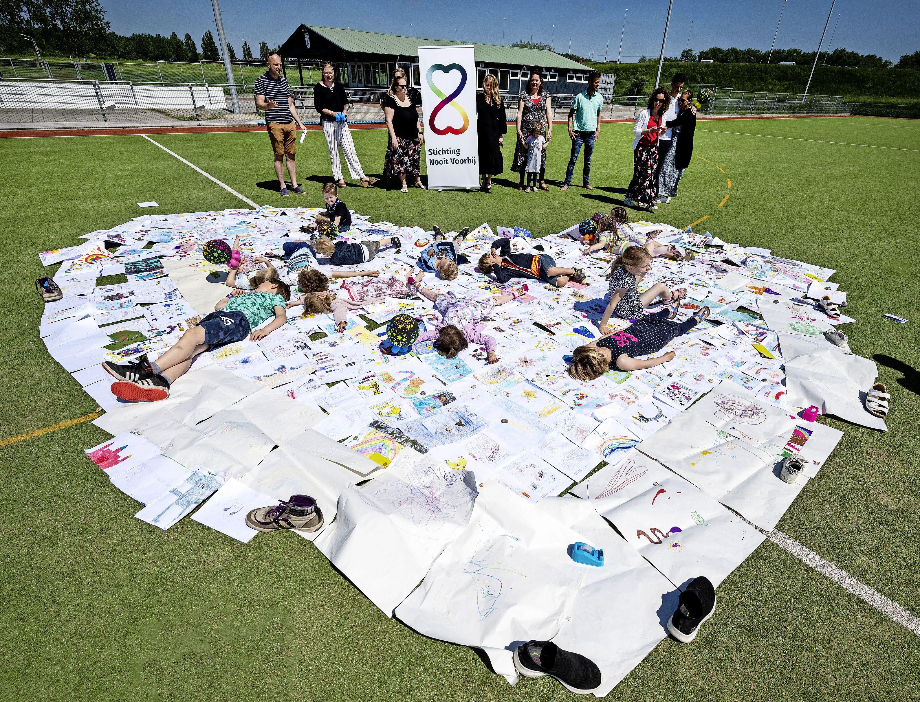 Honderden tekeningen grote steun voor kinderen die broertje of zusje zijn verloren. 'Ik mis je, kom alsjeblieft terug'