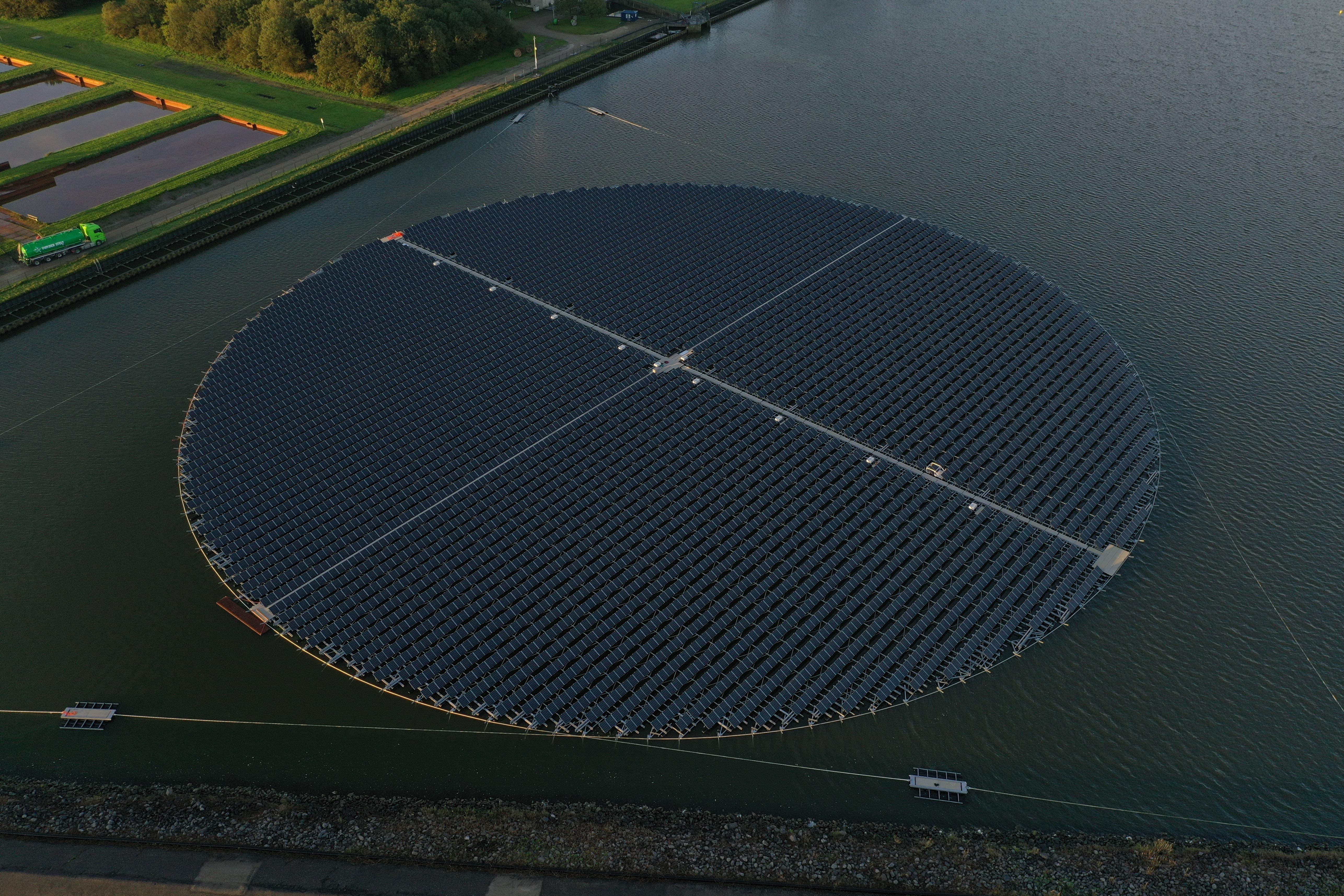 Start aanleg van enorm drijvend zonnepark in Andijk: 'We weten dat er maatschappelijke discussie gaande is'