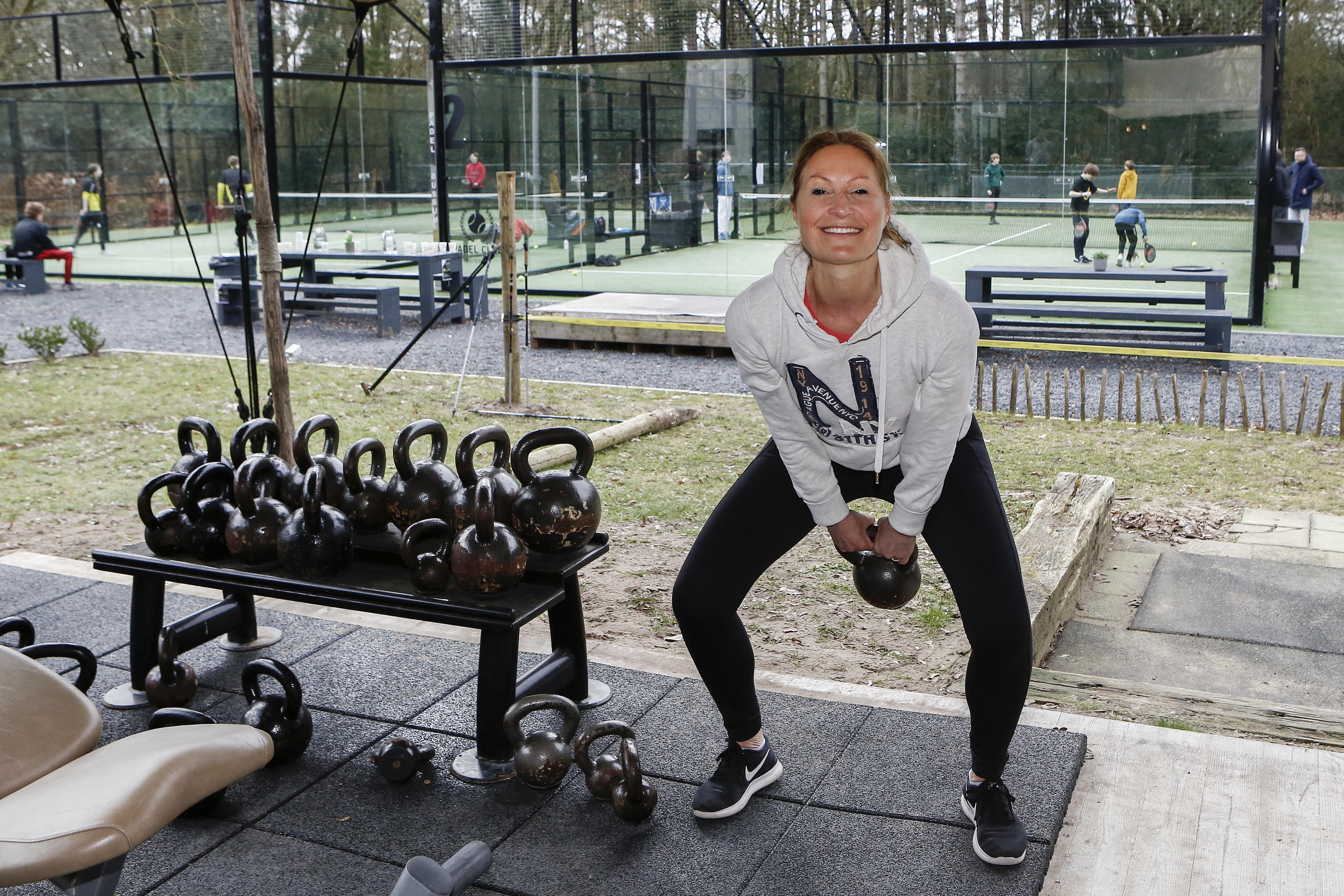 Meer dan 300 sportscholen slepen fitnesstoestellen naar buiten voor de actie 'stilzitten is geen optie'. Wel naar snackbar, niet naar de sportschool, wie snapt dat nog?