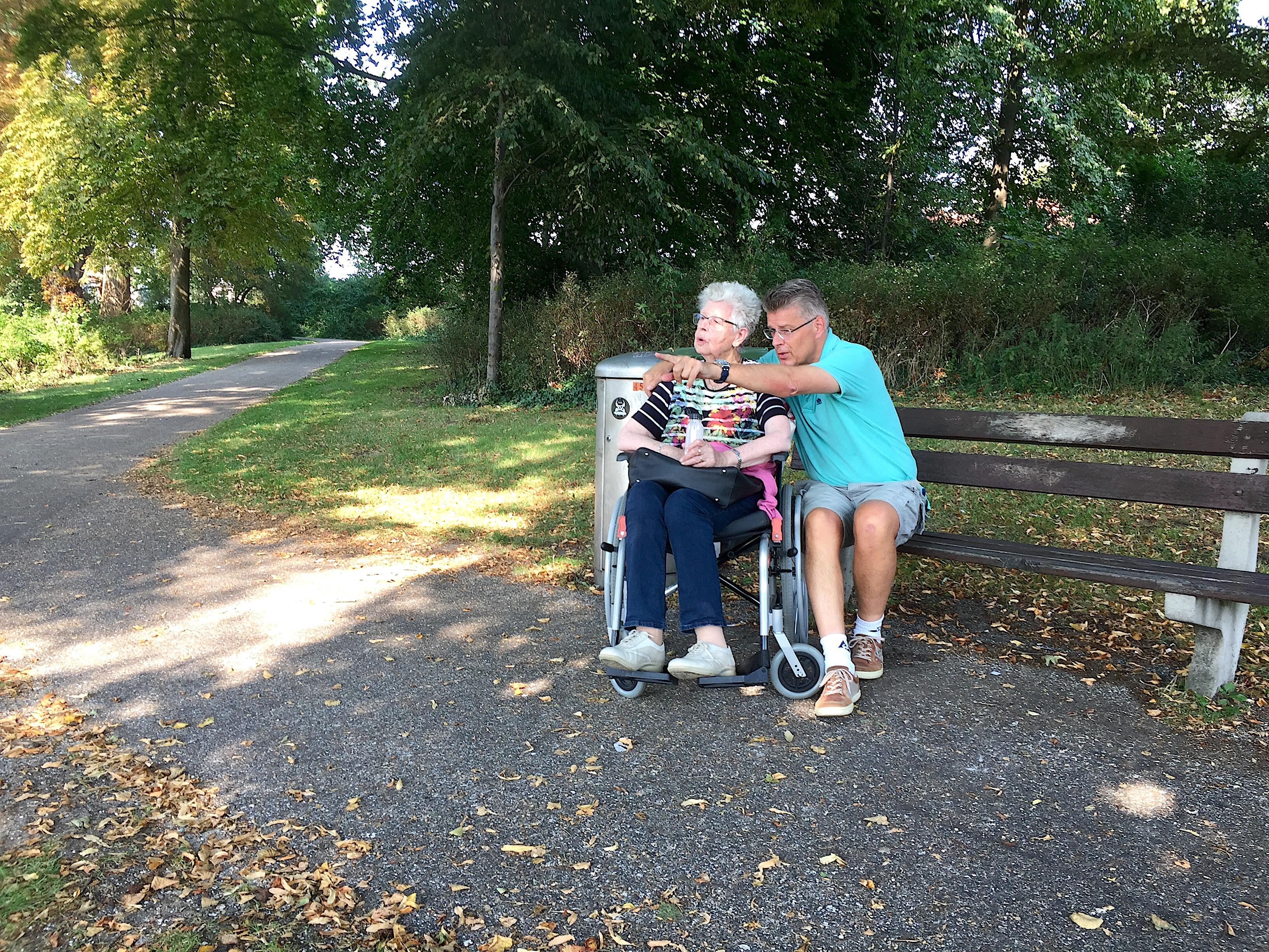 Onderweg: Pieter Wartenhorst maakt een uitstapje met zijn dementerende moeder Elisabeth
