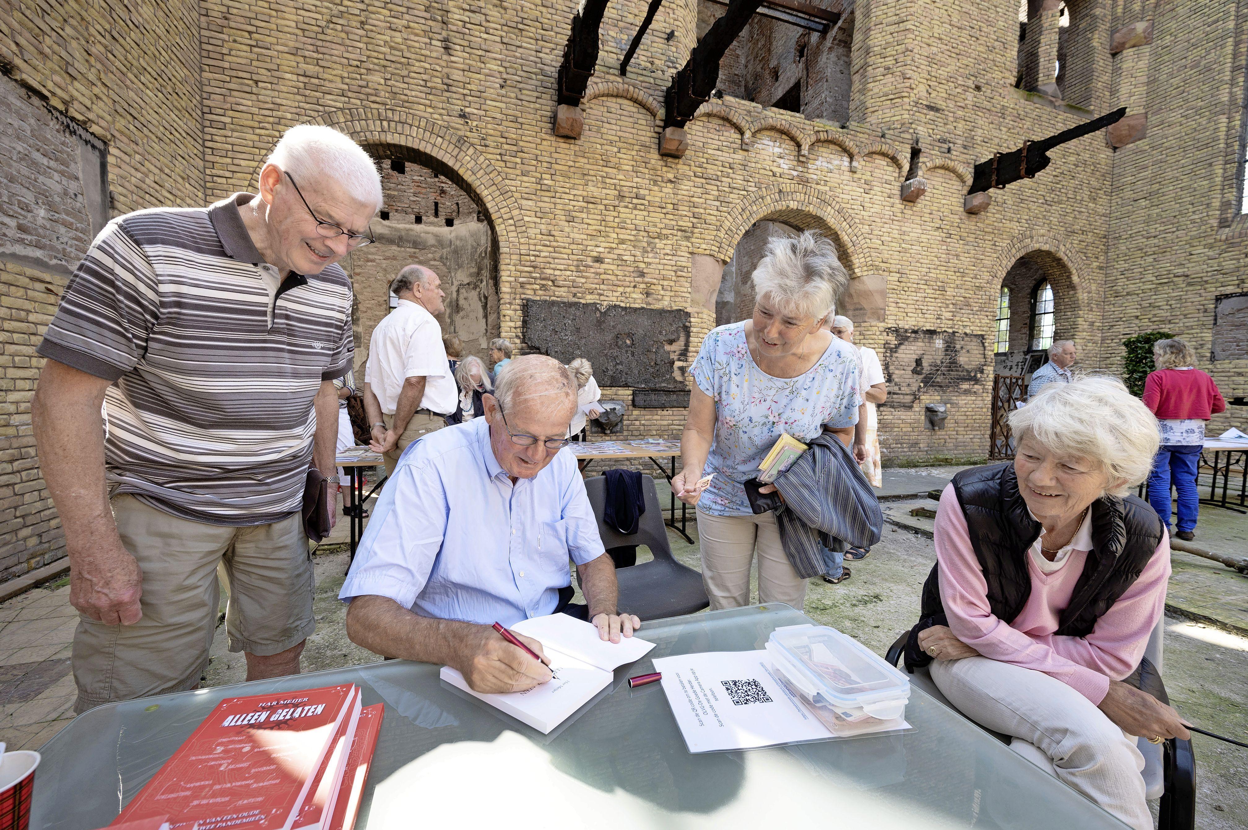 Een volle bak zonder dak: openluchtdienst in afgebrande kerk van Hoogmade