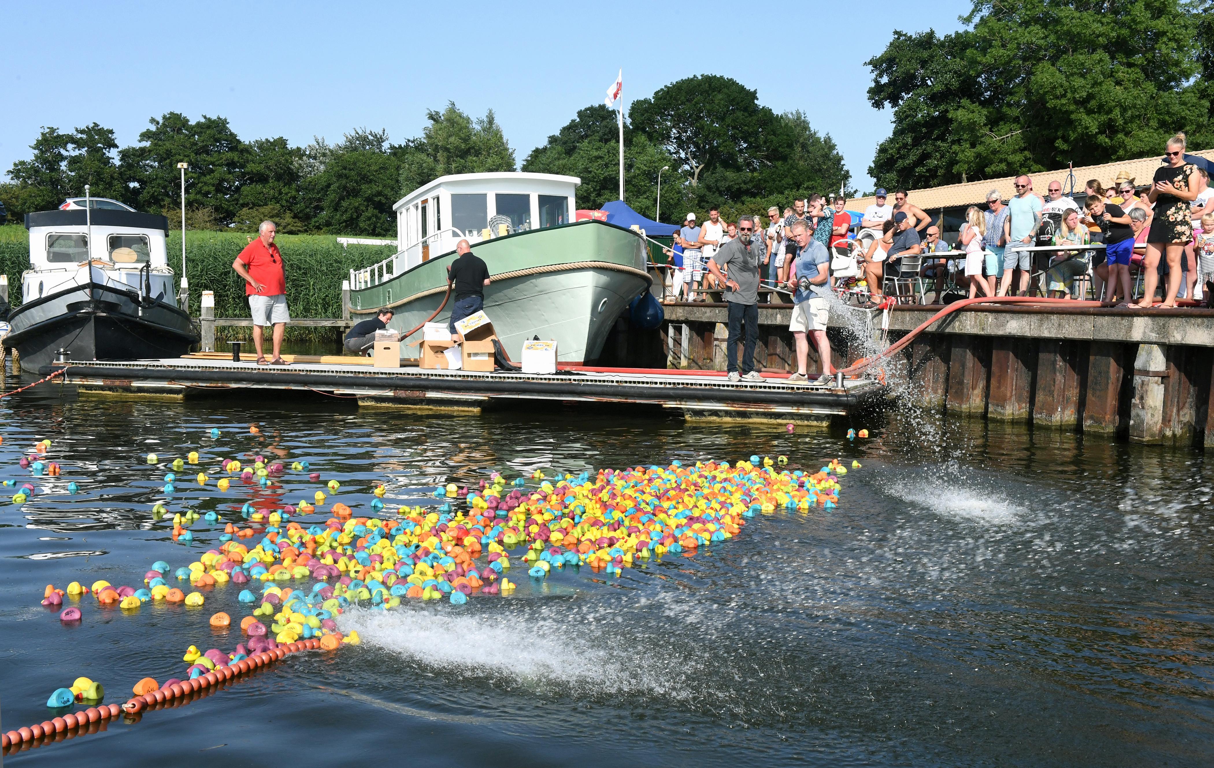 Vanwege corona geen feestje in de haven maar een duckrace in het zwembad, dus hengelen kinderen naar plastic badeendjes