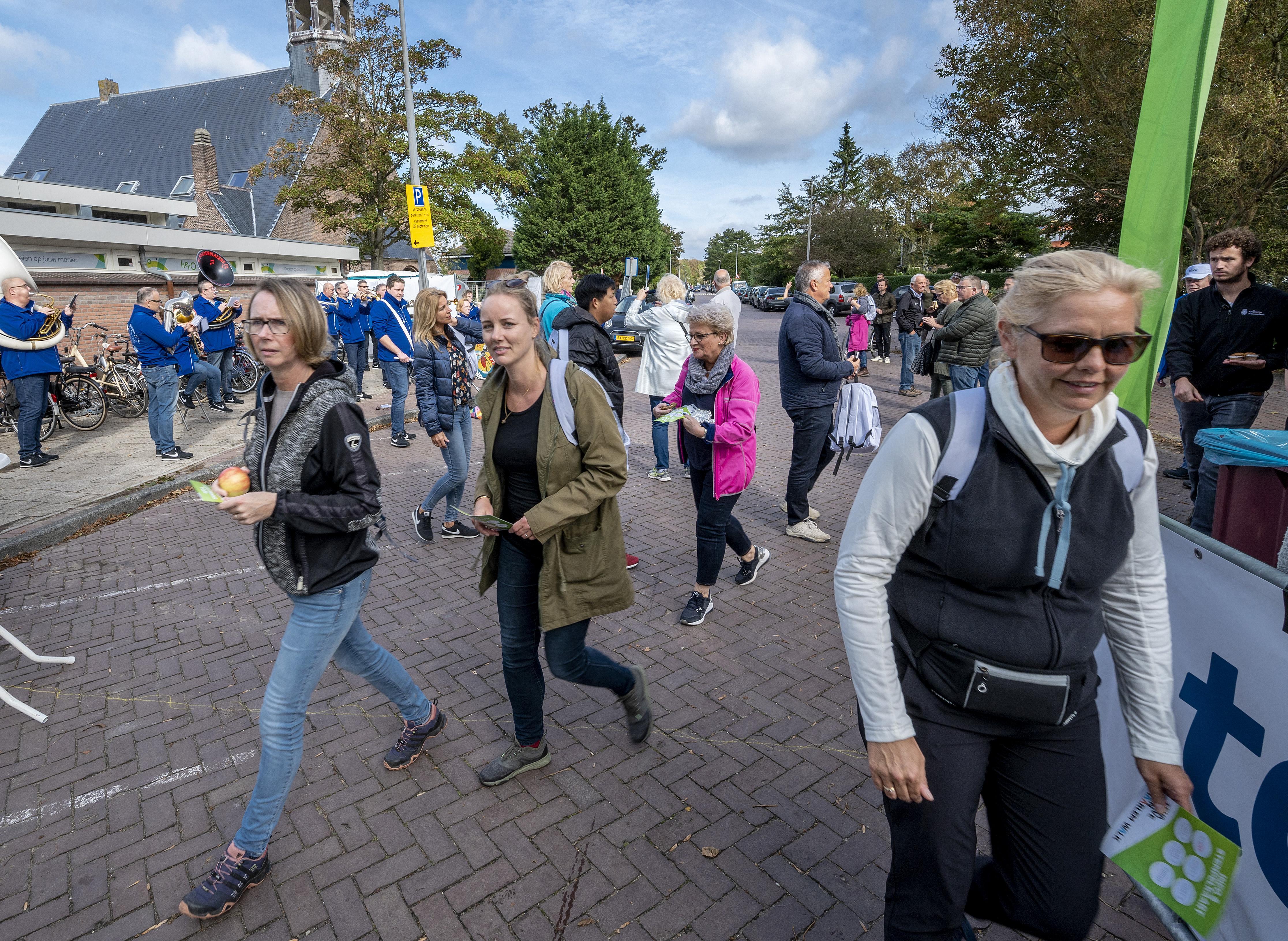 Haarlemse 'Halve Walk' wandelen met vrolijke noten van de Muggenblazers [video]